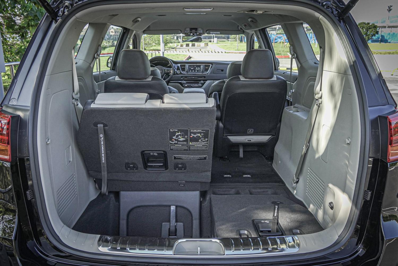 透過第三排與第二排座椅的調整,後廂容積可在 359 ~ 2718 公升間彈性調整。