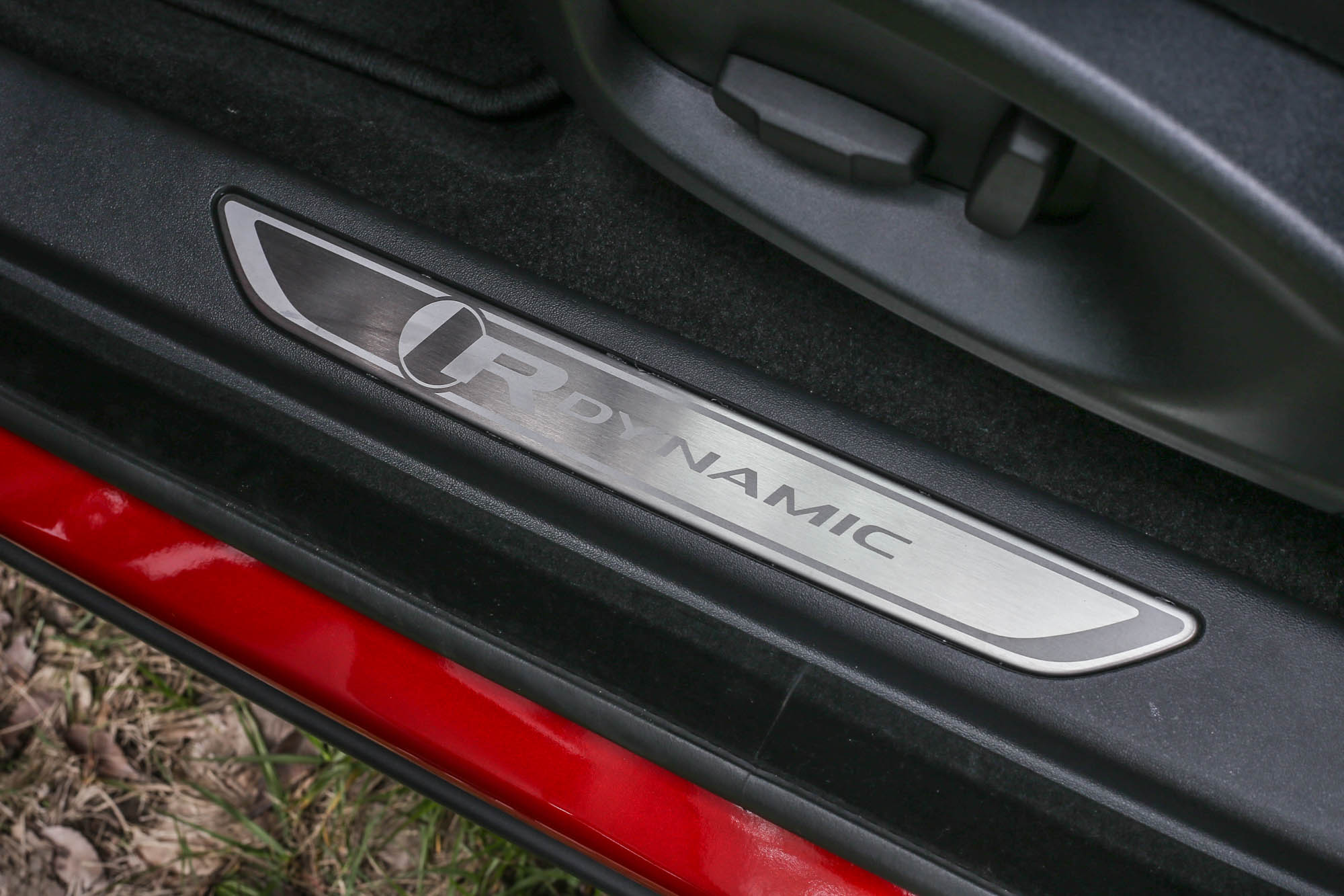 R-Dynamic車型的專屬門檻設計。