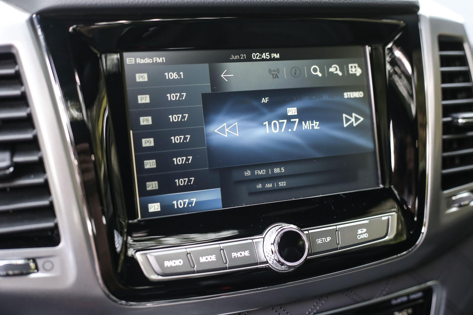 八吋中控台觸控螢幕整合 Apple CarPlay 與 Android Auto 手機連接功能。