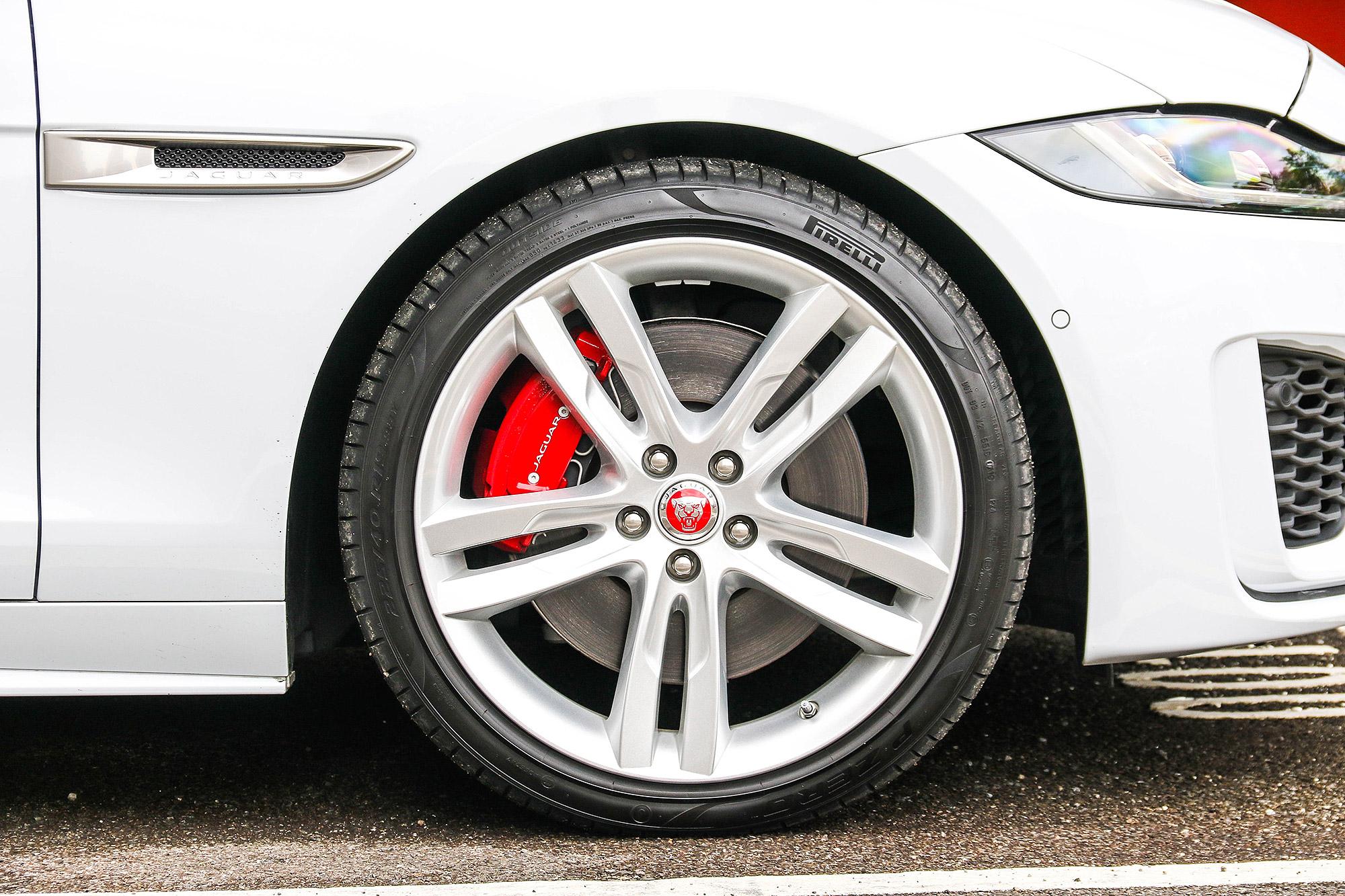 P300 動力車型標配 19 吋鋁合金輪圈。