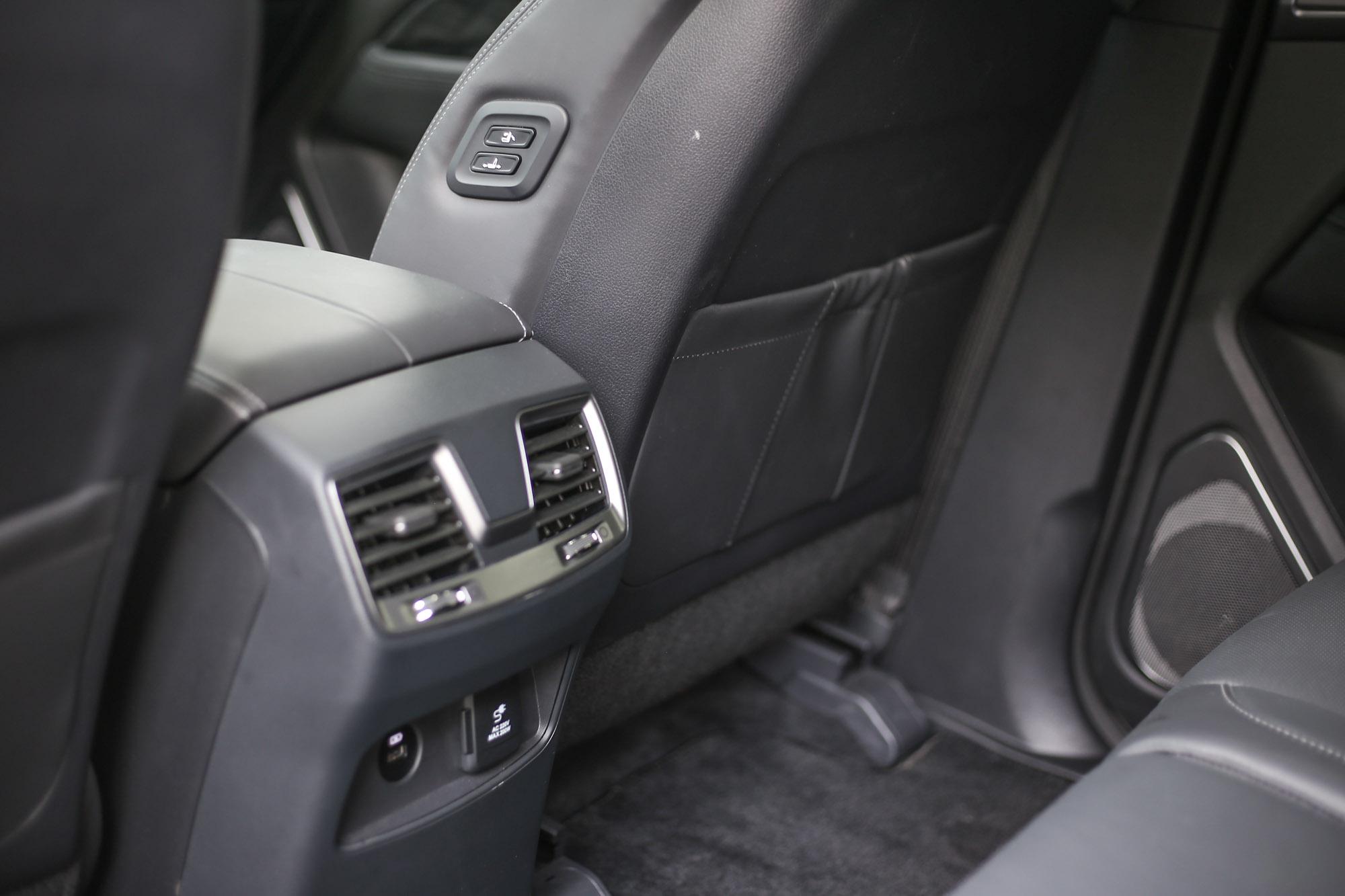 第二排配備有空調出風口,還可從後座調整前副駕駛座的位置。