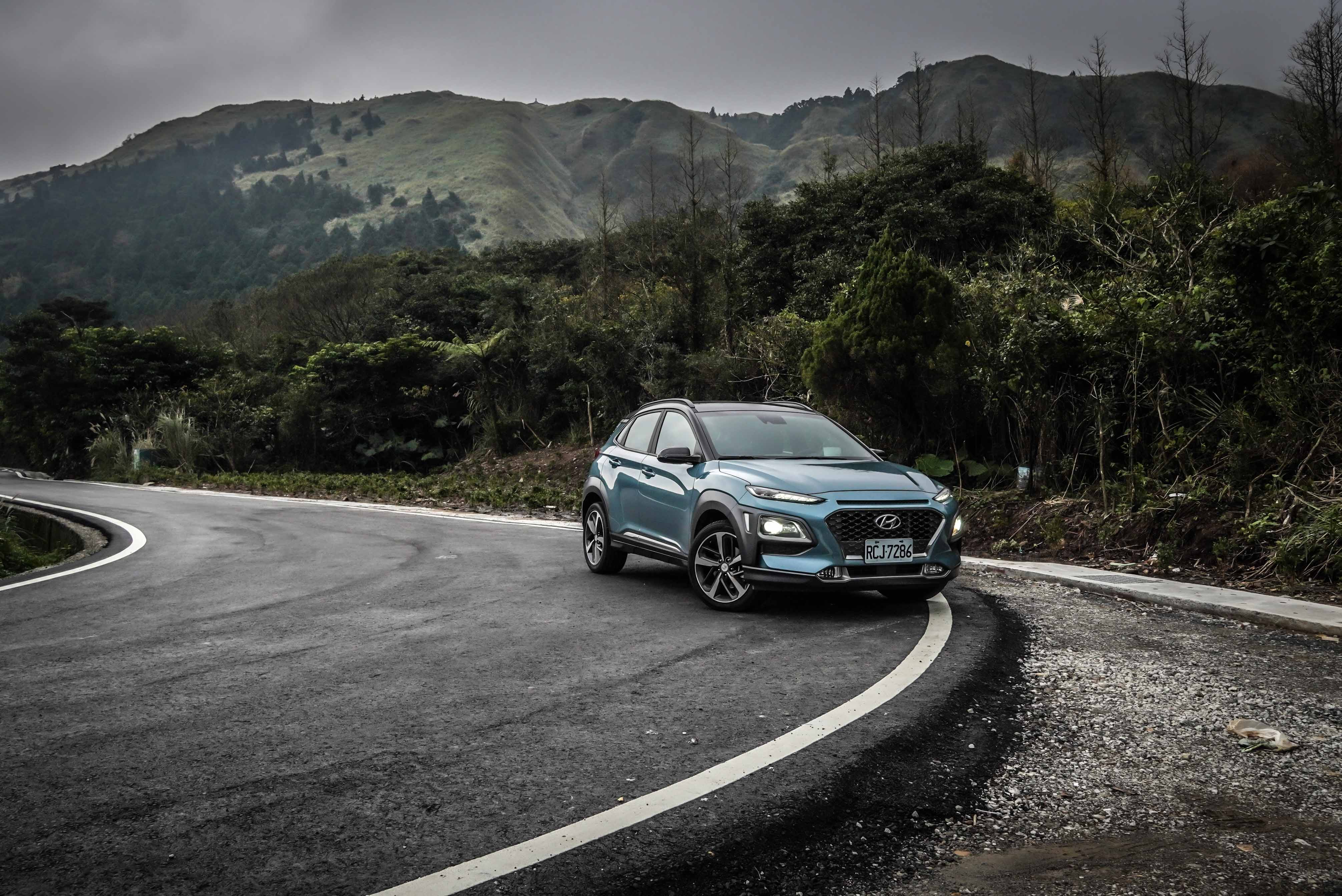 Hyundai Kona 分四車型販售,1.6T 勁動、勁智、勁化、4WD 極致型,售價分別為 79.9 萬、88.9 萬、92.9 萬、98.9 萬。