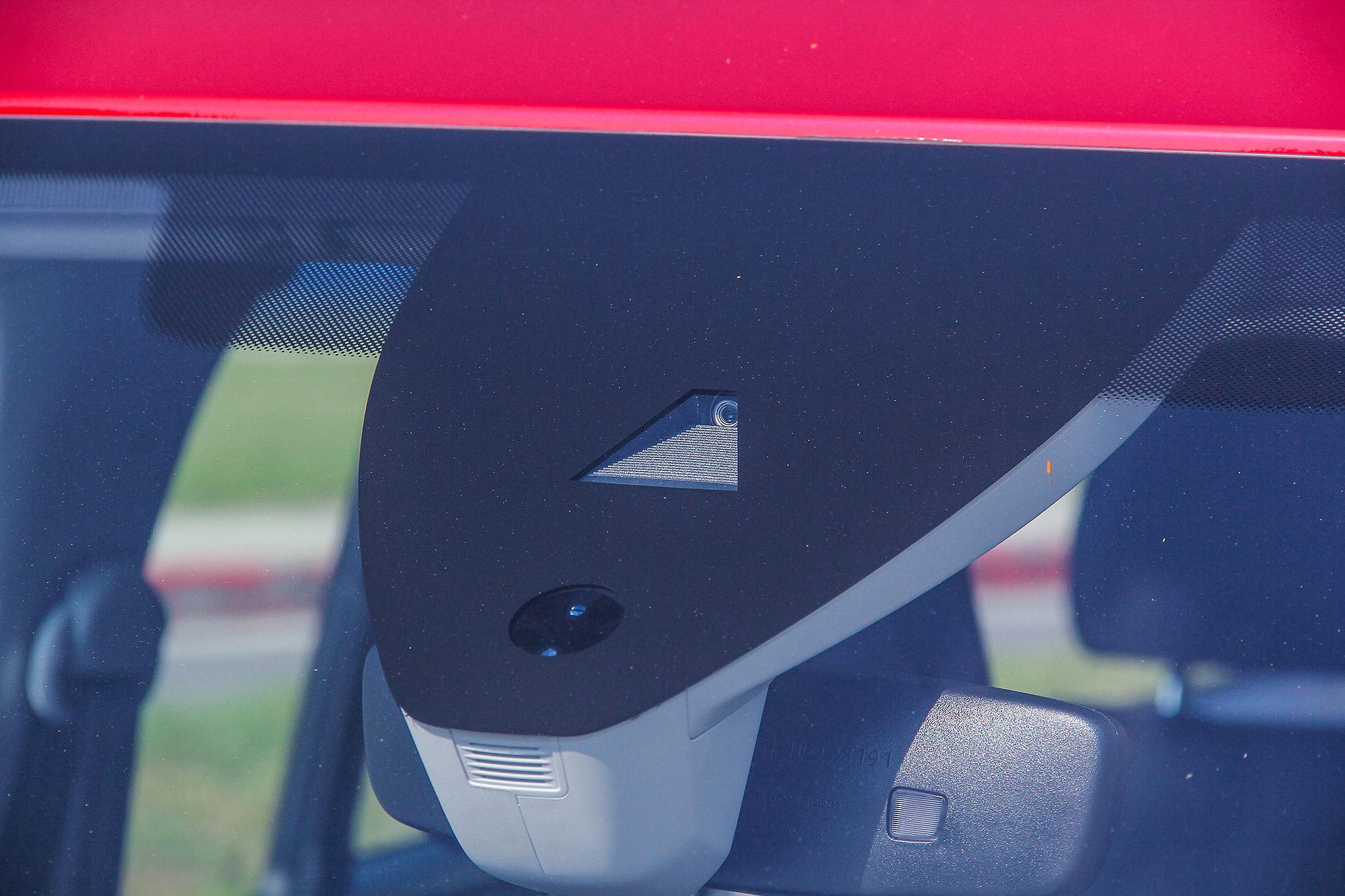 擋風玻璃上方的鏡頭,就是辨識車道的「眼睛」。