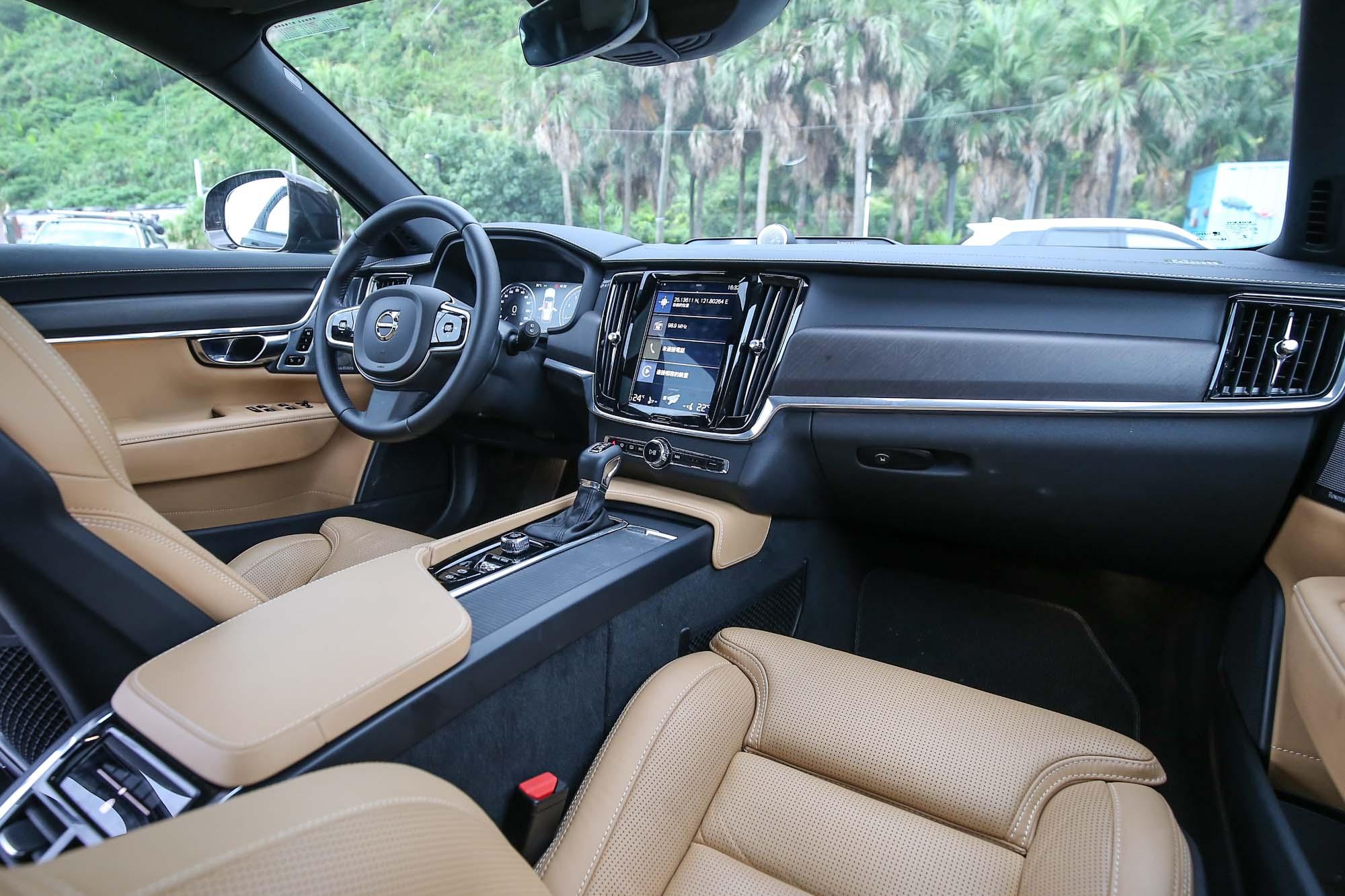 V90 Cross Country 車系皆採用 Black Walnut 黑胡桃木嵌飾內裝鋪陳。