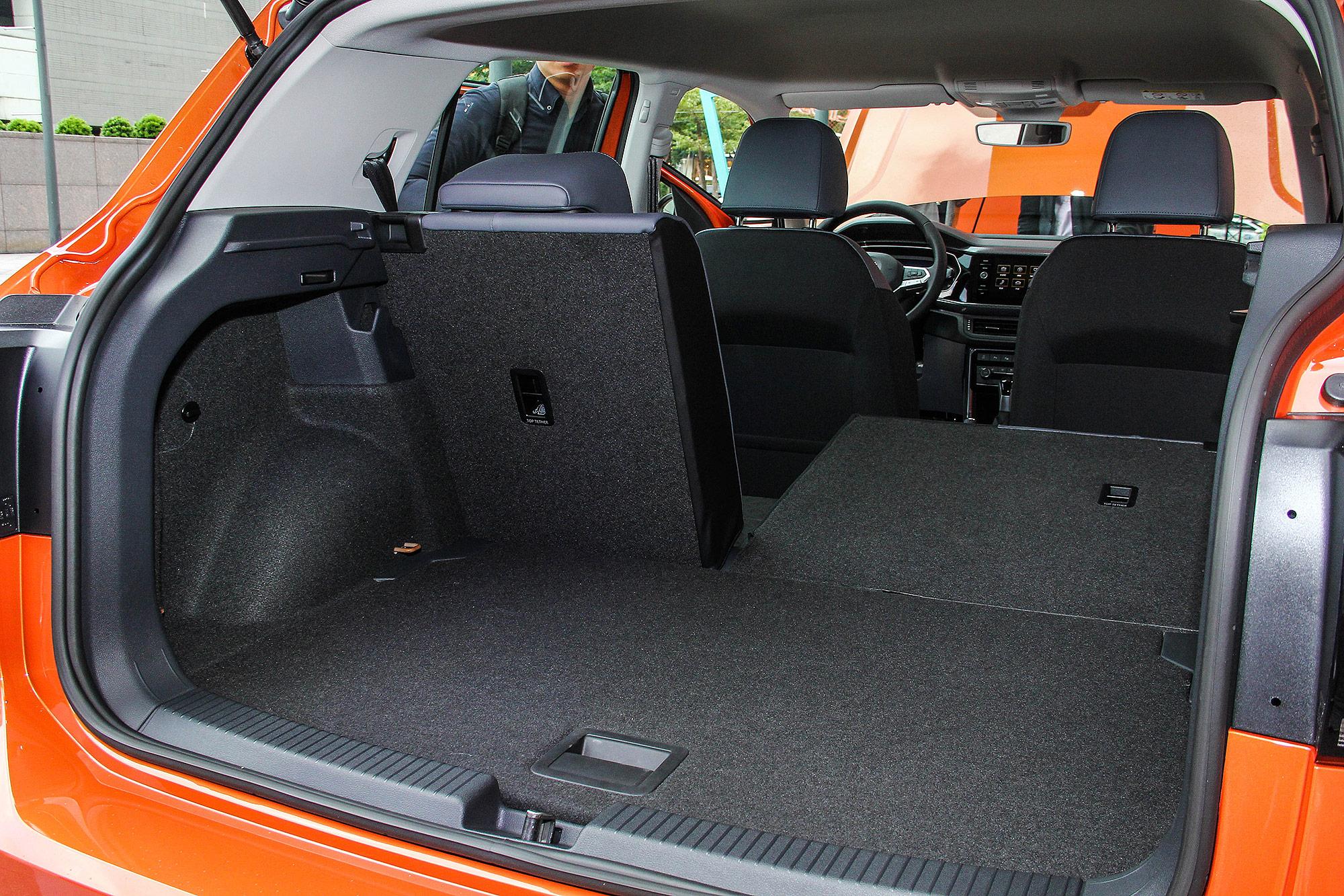 後座椅背具有 6/4 分離傾倒功能。