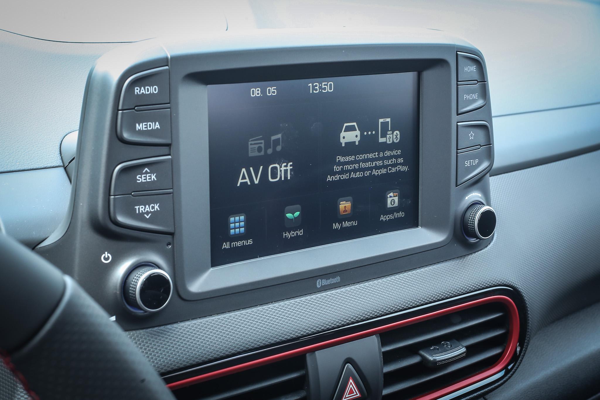 中控臺上方的 7 吋多媒體影音主機,基本的 Apple CarPlay 與 Android Auto 手機整合功能也都具備。