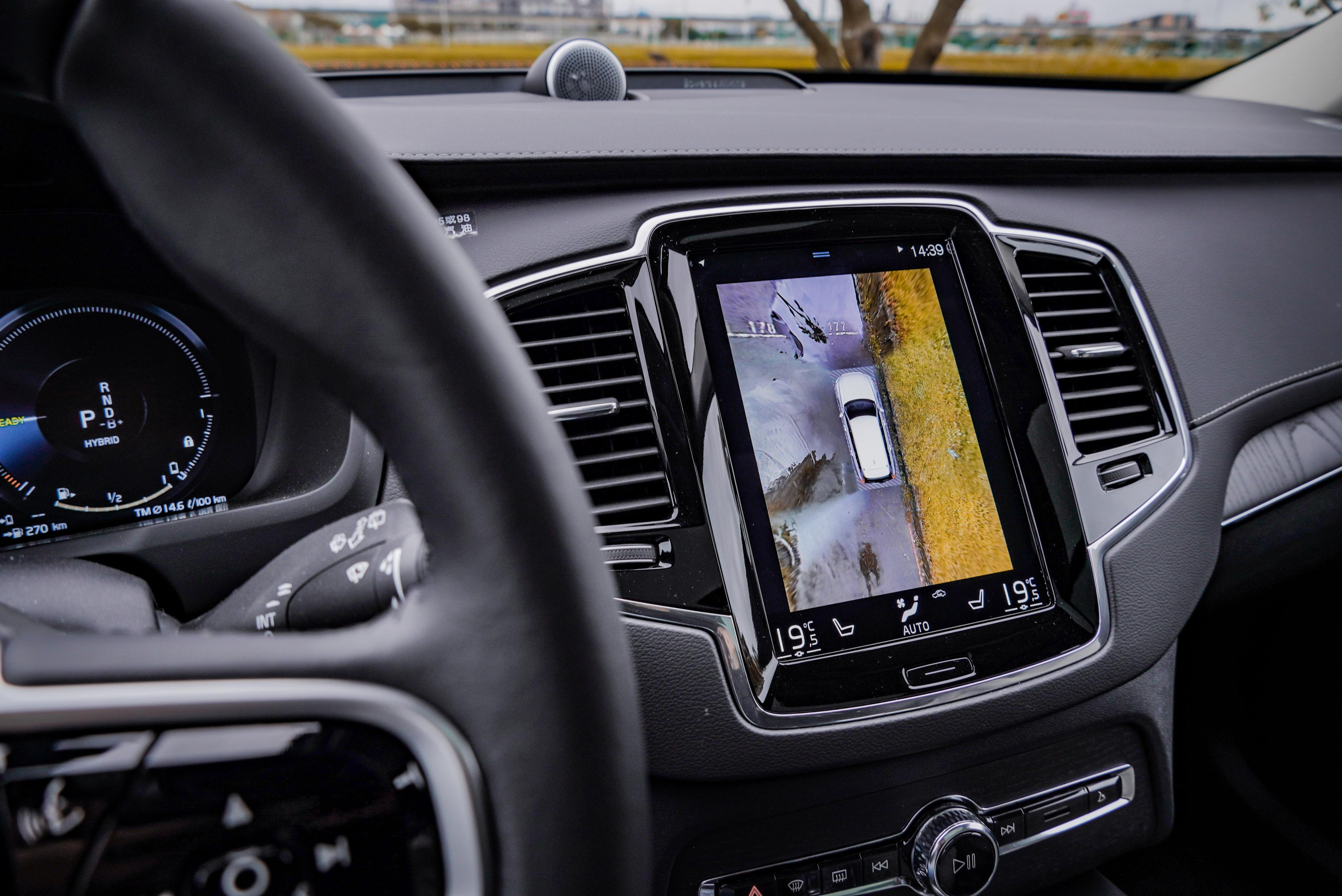 360 度環車輔助系統非常實用,同時提供 180 度車頭視角輔助。