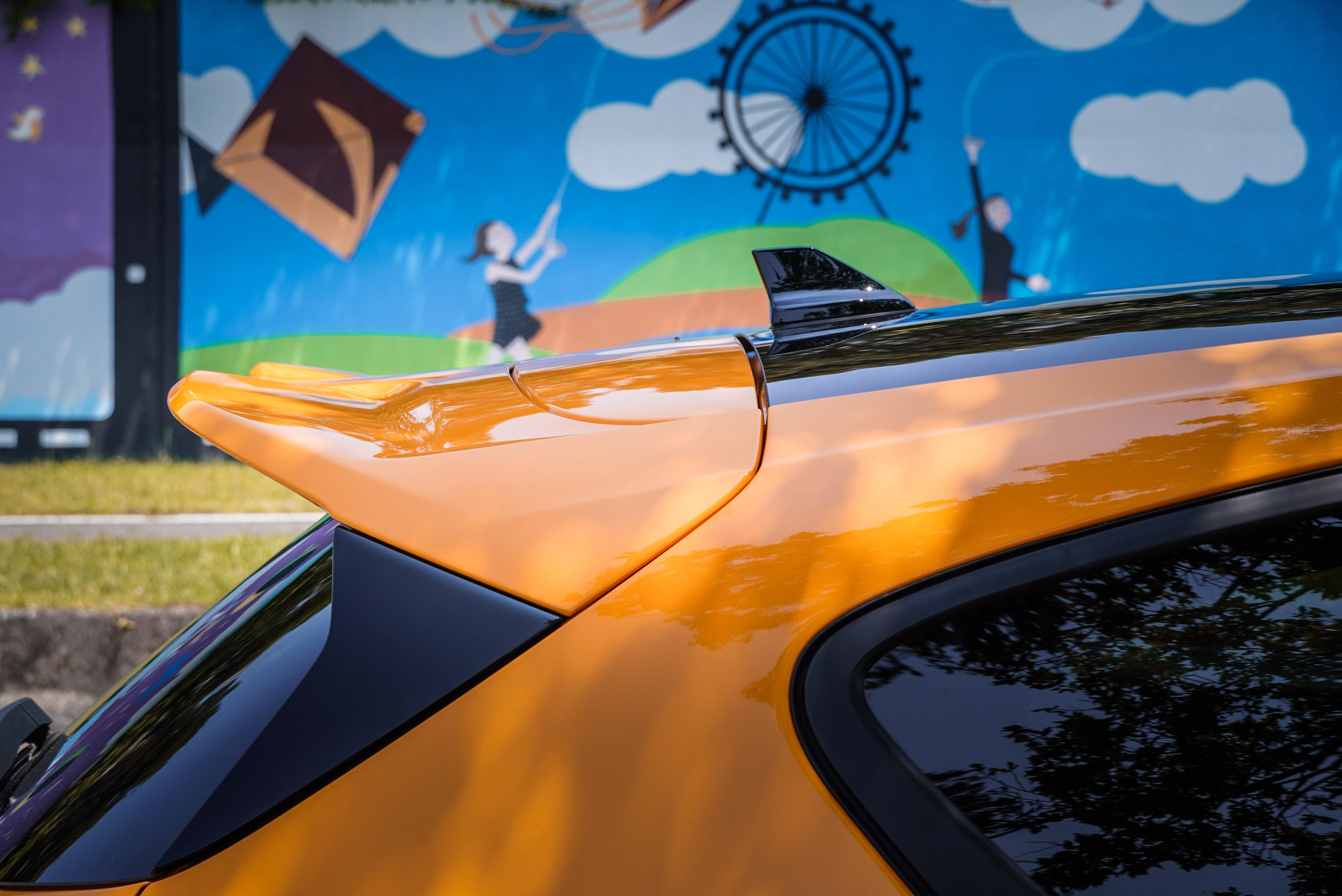 賽道級大型後擾流尾翼也是 ST 空力套件內容。