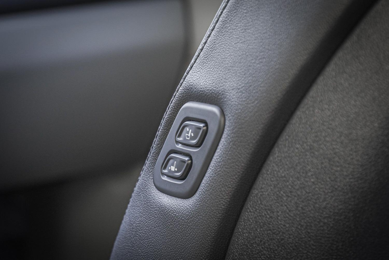 第二排乘客可以直接調整副駕駛座的位置。