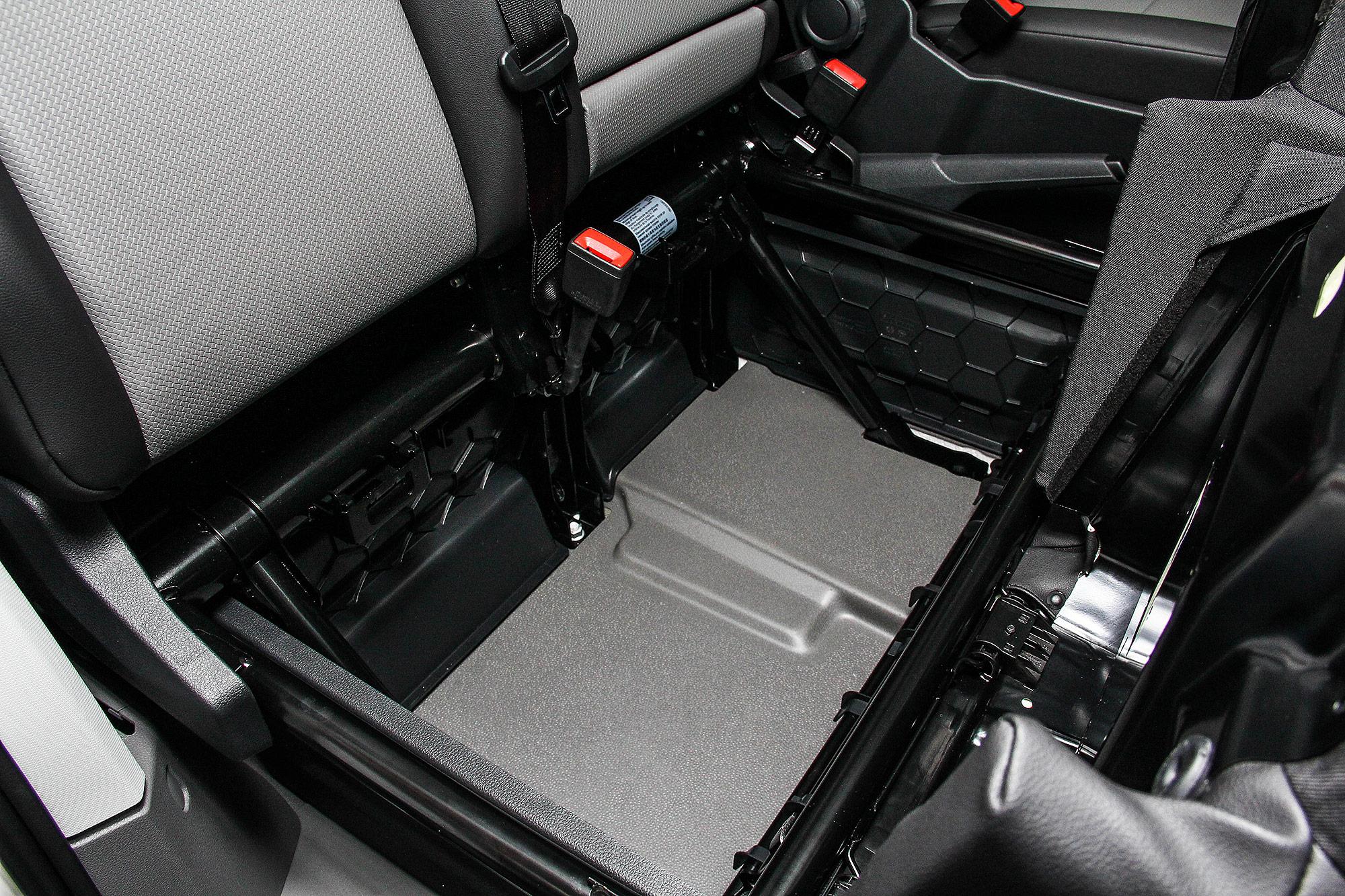 前乘客座下方設計有置物空間。