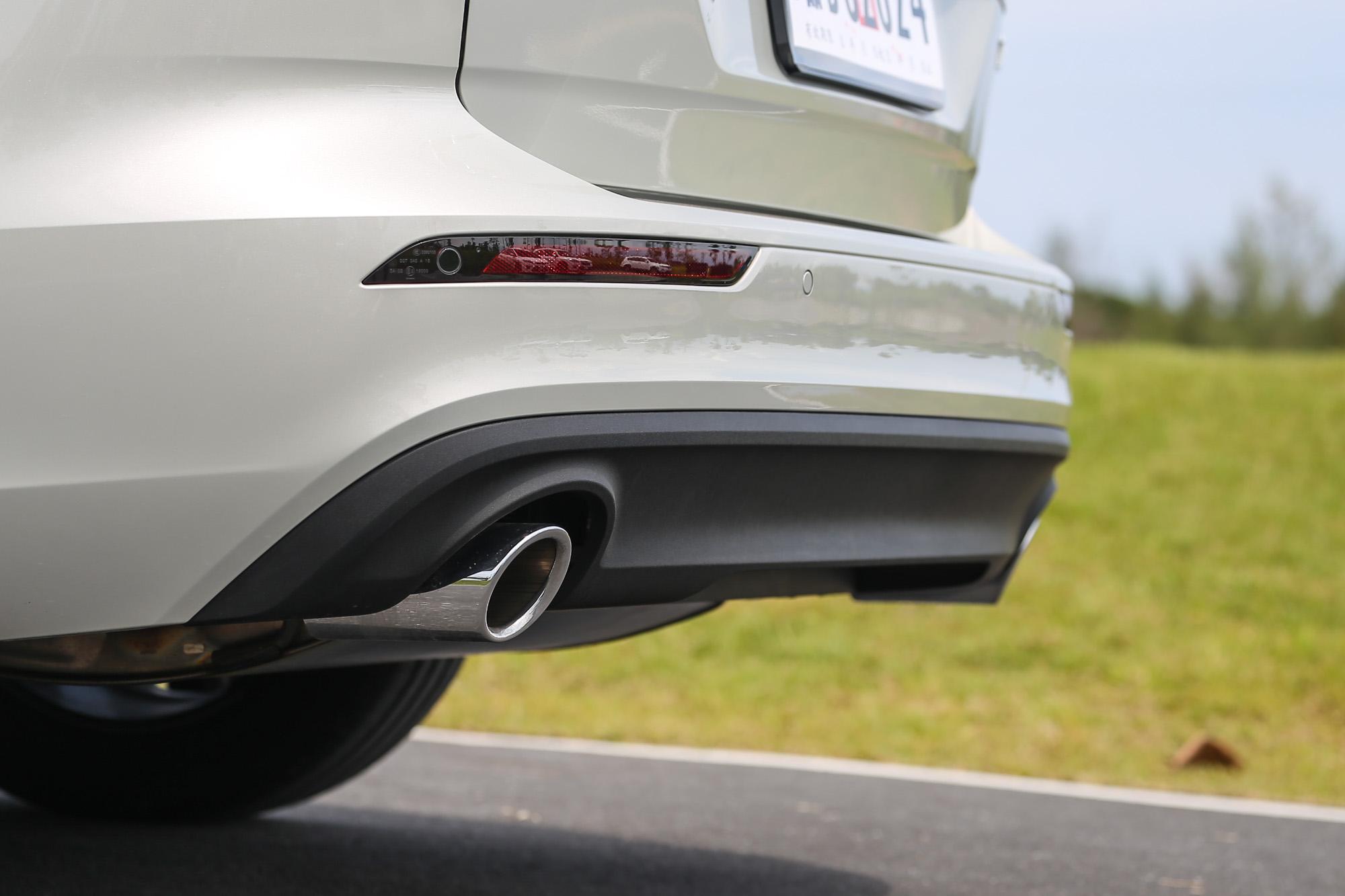 此車型標配鍍鉻圓形雙出尾管。