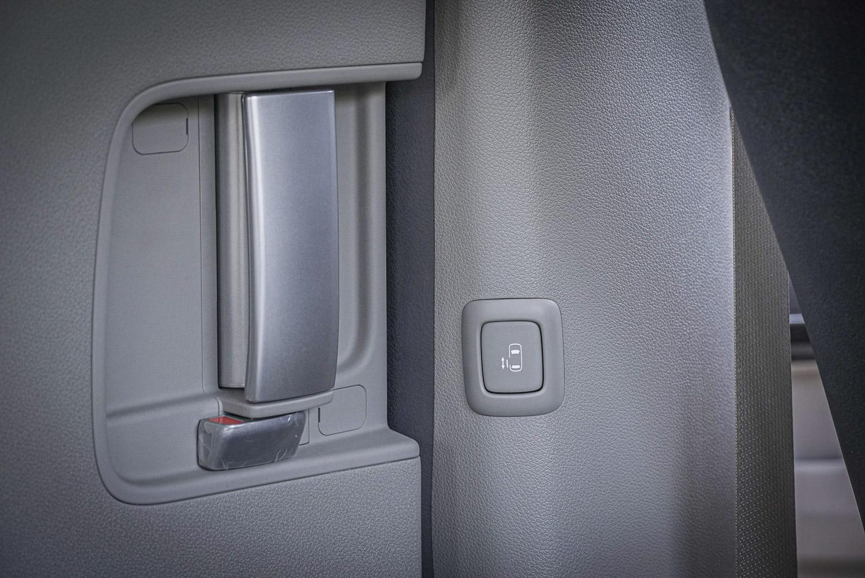 兩側電動側滑門也是頂規車款標配。