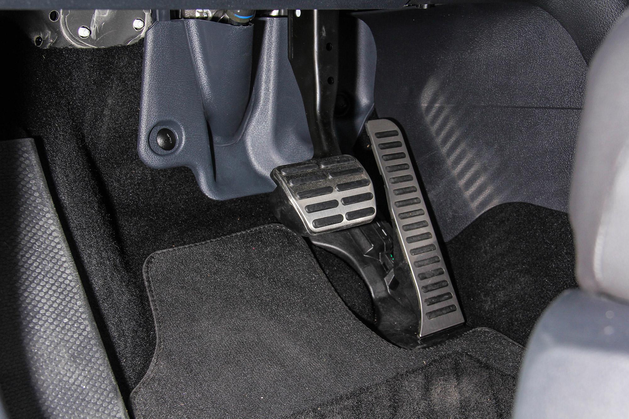 配備金屬油門與煞車踏板。
