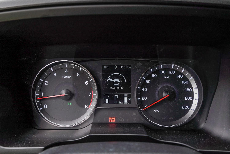 除了最頂級的柴油旗艦型是換上 10.25 吋的數位儀表,其餘車型的儀表板都還是採用傳統指針搭配 3.5 吋 LCD 螢幕設計。