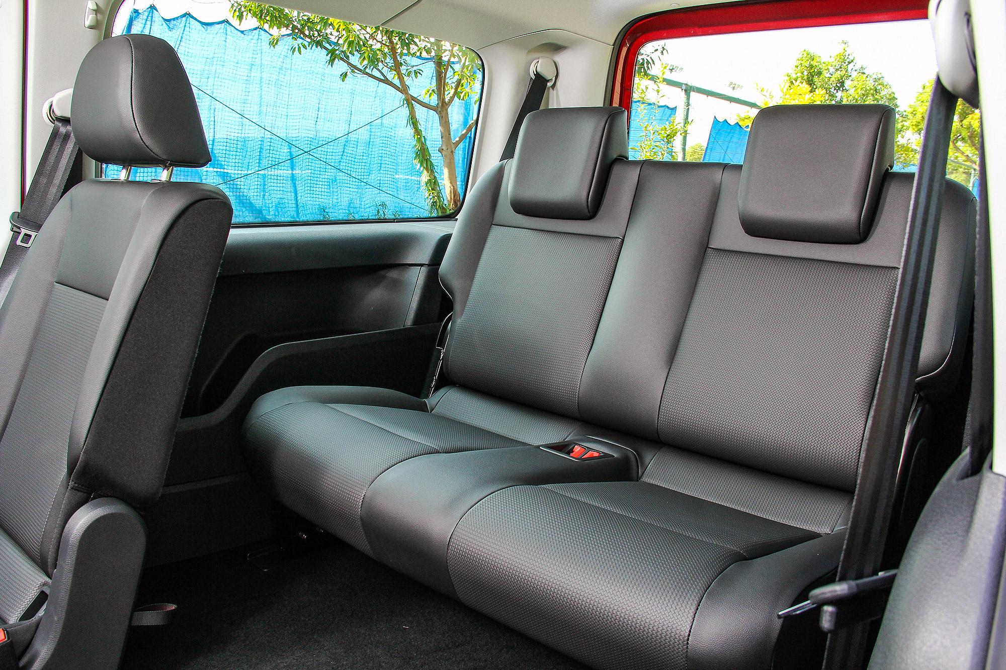第三排座椅的泡棉相當厚實,也有不同於一般七人座 MPV 的乘坐舒適性。