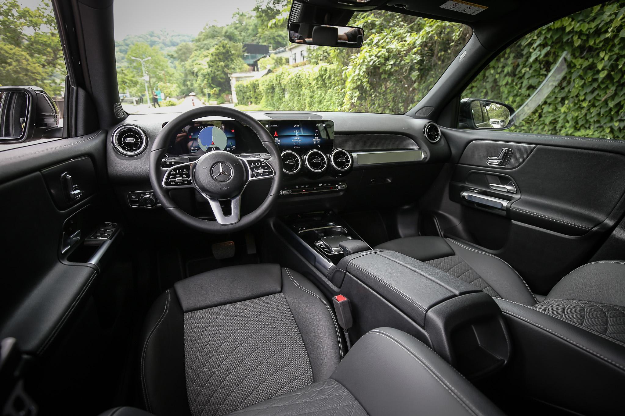 品牌特色強烈的座艙格局,並為了呼應 GLB 的外觀線條,內裝鋪陳多出幾分陽剛味。