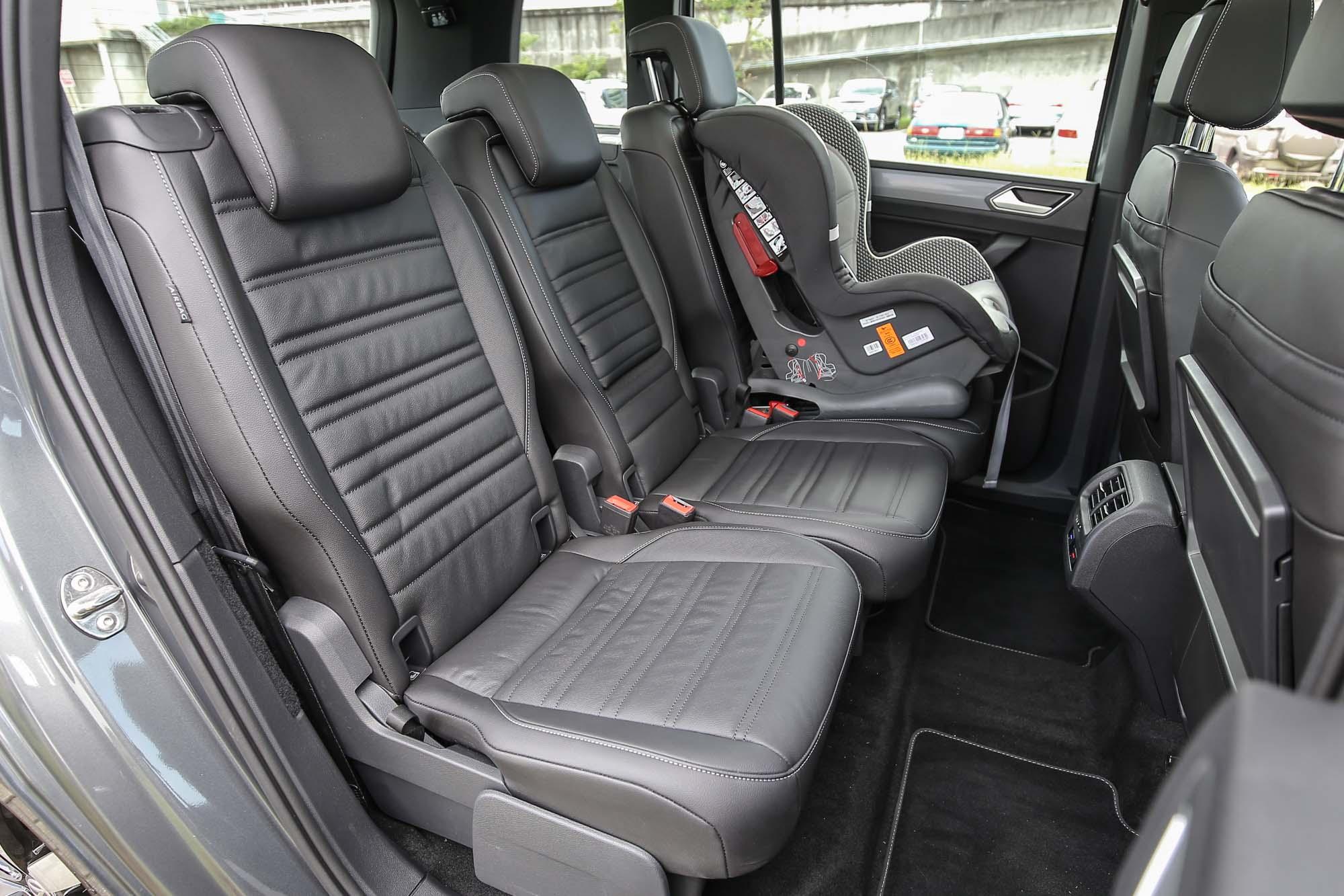 第二排座椅採取三只獨立座椅設計,個別皆具有前後滑移與椅背角度調整功能。
