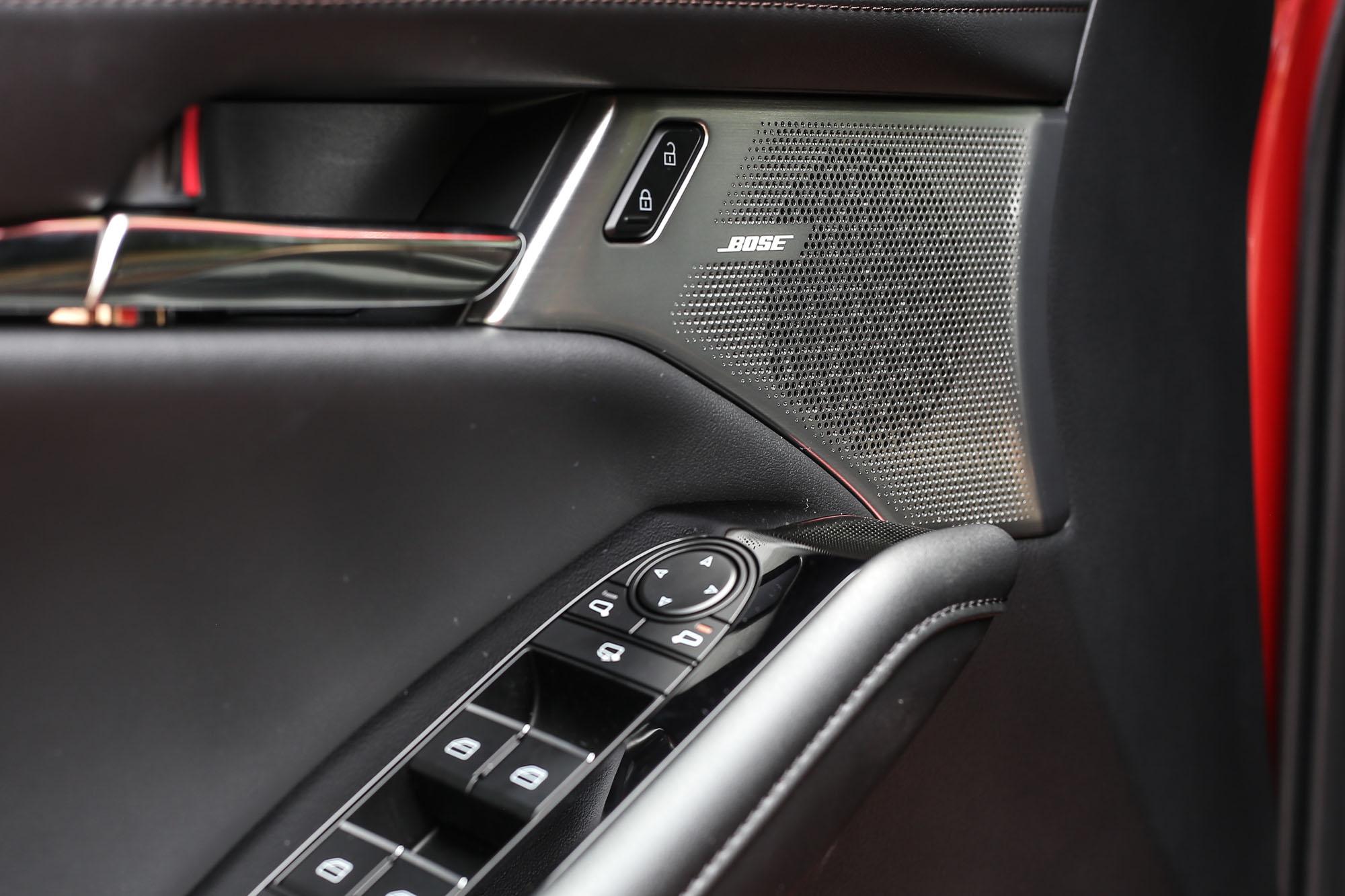 既然是 Mazda3 BOSE® 旗艦型,專屬的音響飾蓋怎能少。