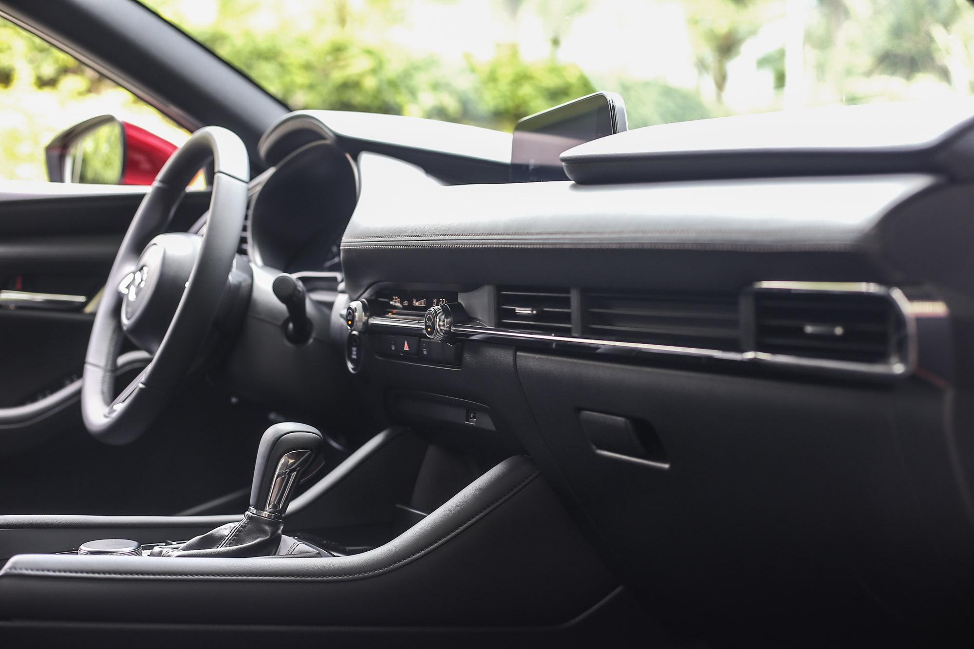 透過Mazda Connect 人機智慧資訊整合系統的整合,中控臺只剩下簡單的一層空調介面。簡單卻不陽春,是給人的直接感受。