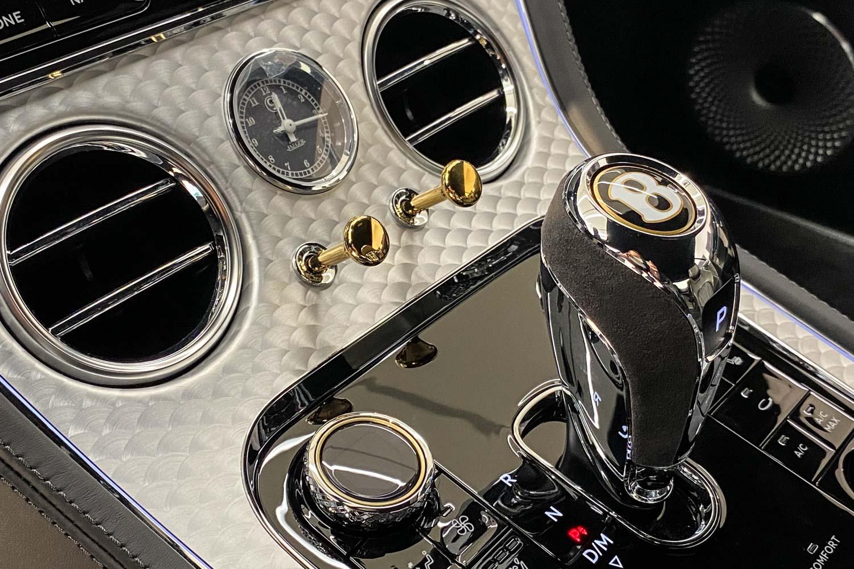 車室方向盤、排檔桿上的「B」字徽標圖案採用百年典藏金(Centenary Gold)配色。