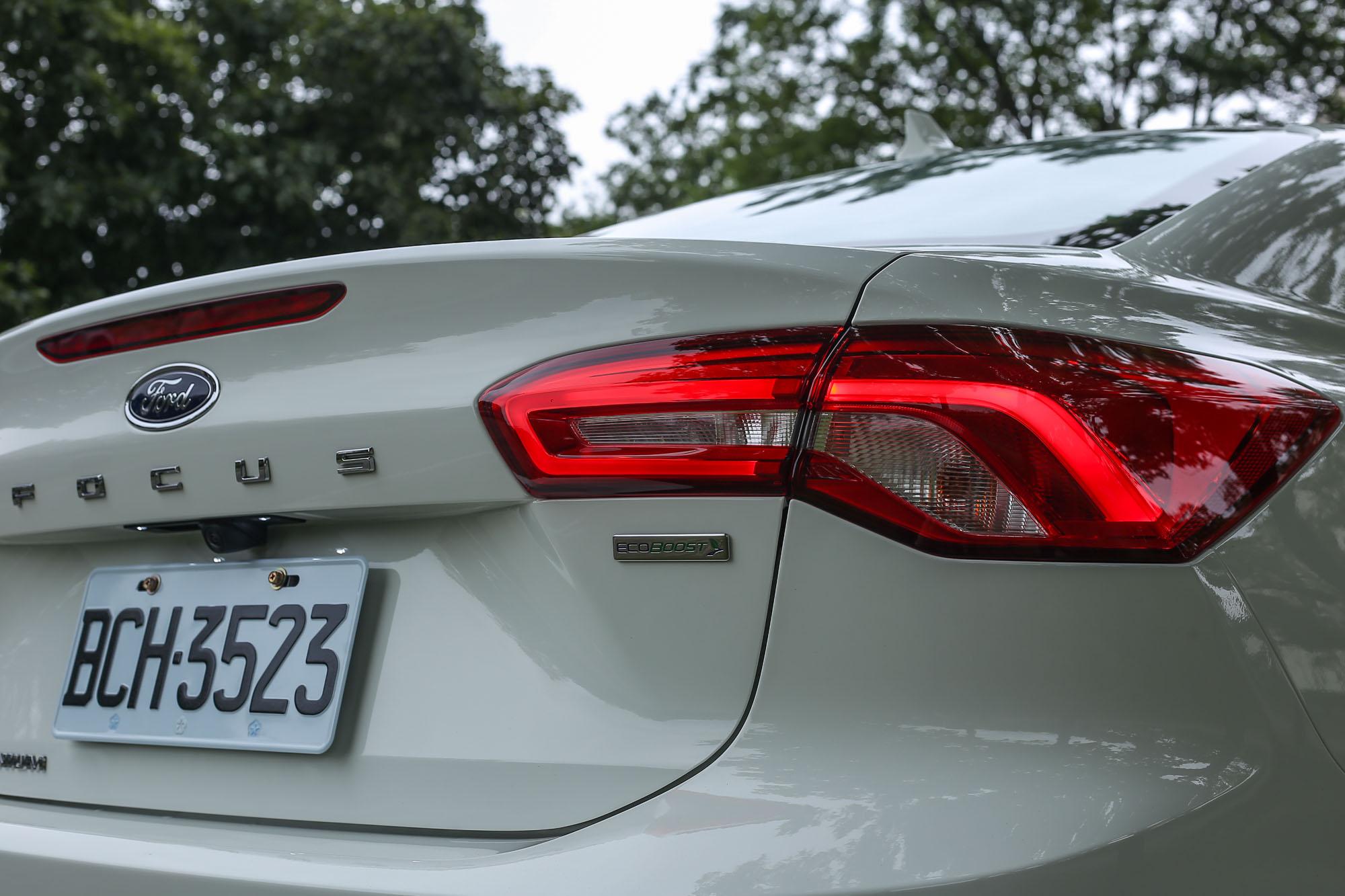 短翹上揚的車尾線條,讓四門車型也擁有不俗的運動氣息,與五門車款互別苗頭。