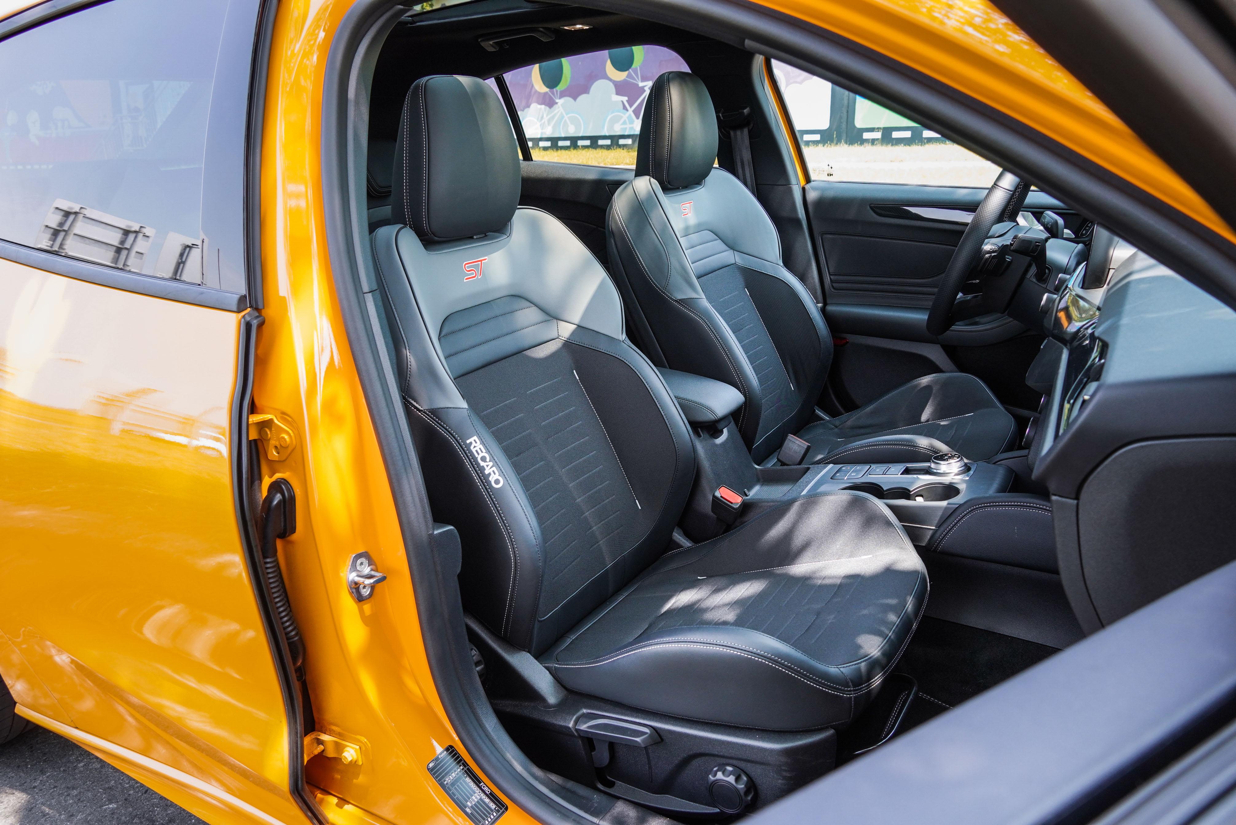 標配手動調整 Recaro 賽車桶椅。