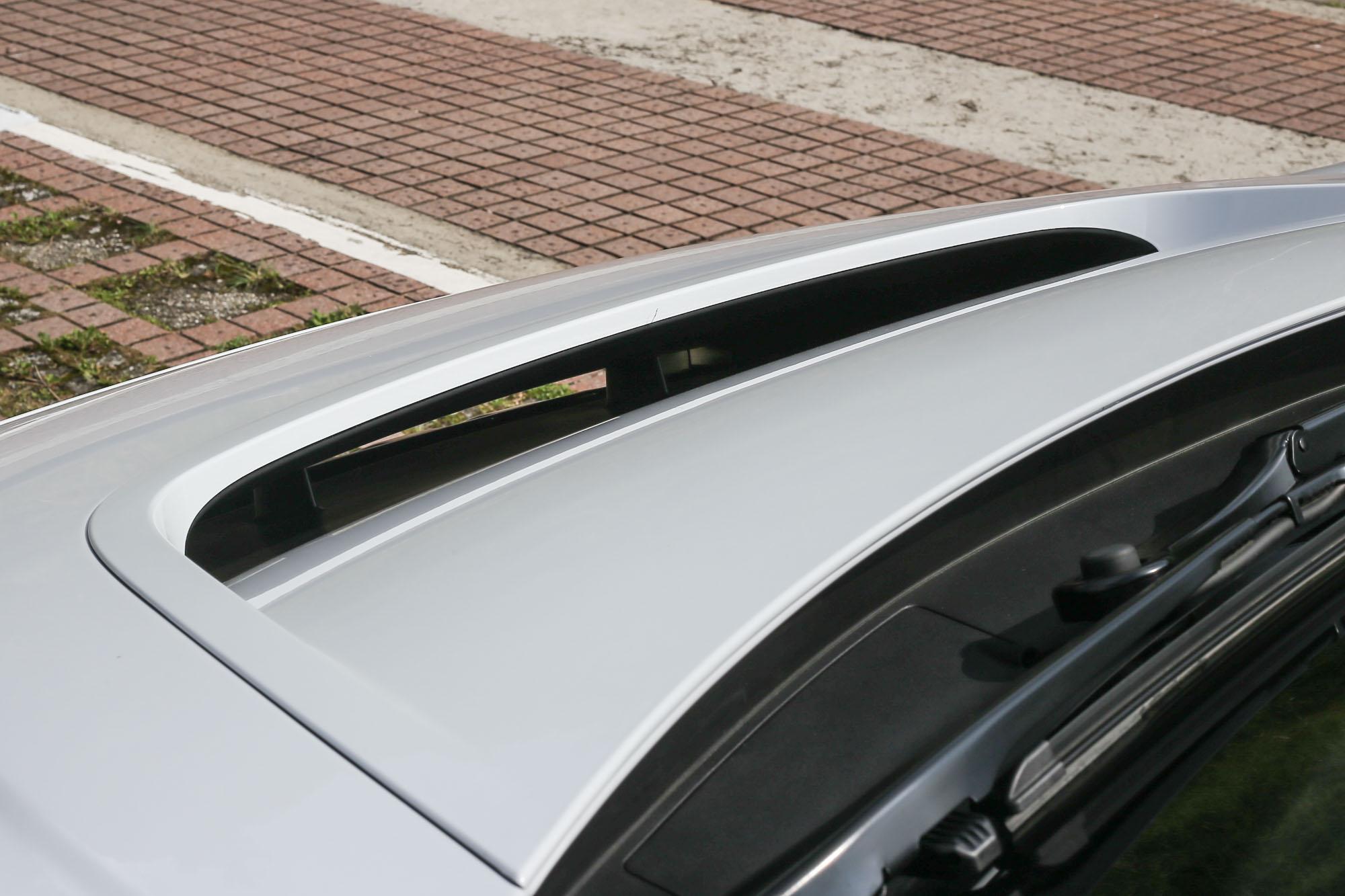 造型大膽的水箱護罩,能引導氣流通過「引擎蓋」與車頂線條,有效降低空氣阻力。