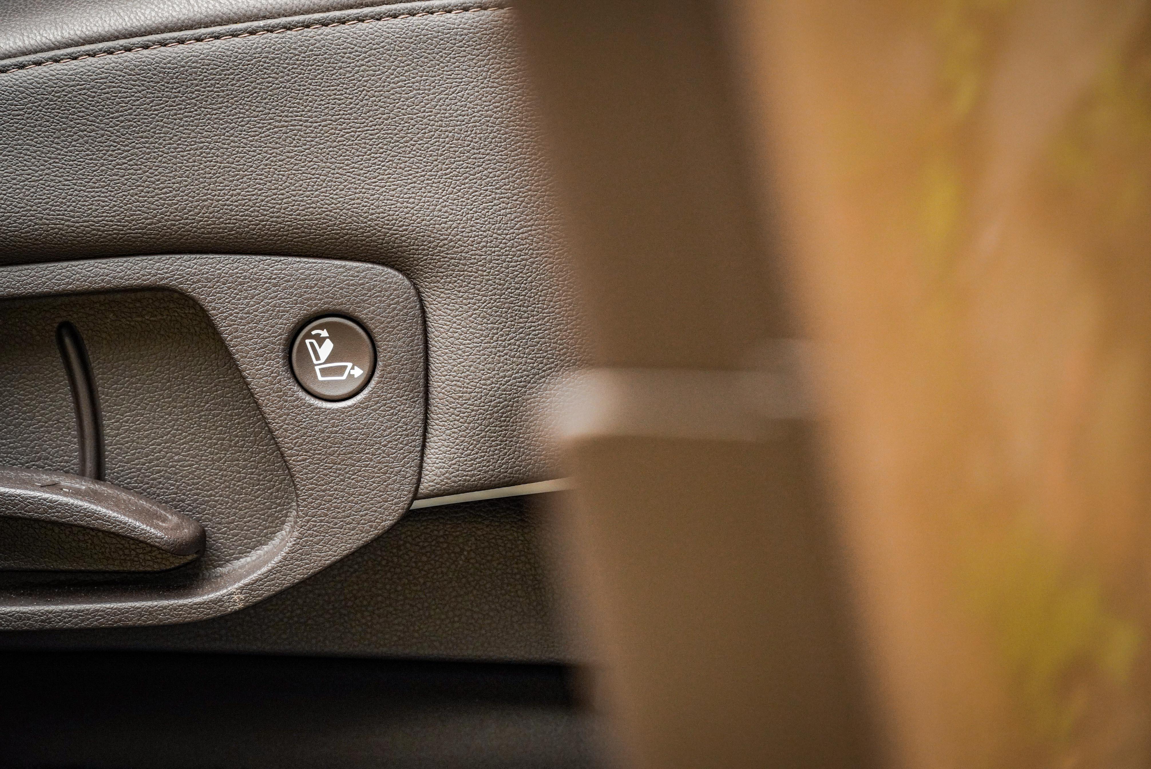 第二排座椅副駕駛側右下方也提供 Easy-Touch 快速傾倒按鈕。