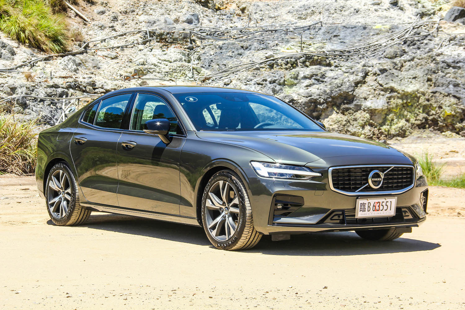 全新 Volvo S60 採三車型配置:T4 Momentum、T5 R-Design、T6 Twin Engine Inscription,售價分別為 185、220、271 萬元。