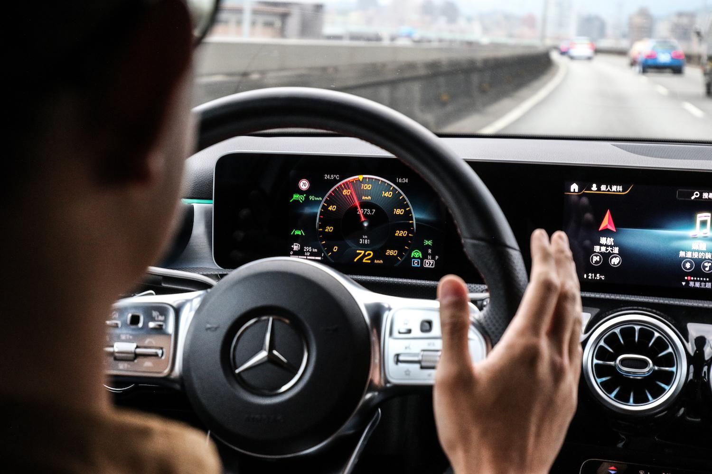 代號 23P 的智慧駕駛輔助套件在 A-Class Sedan 上是選配項目,包含消費者喜愛的智能定速測距輔助及主動車道維持,達到 Level 2 自動駕駛功能。