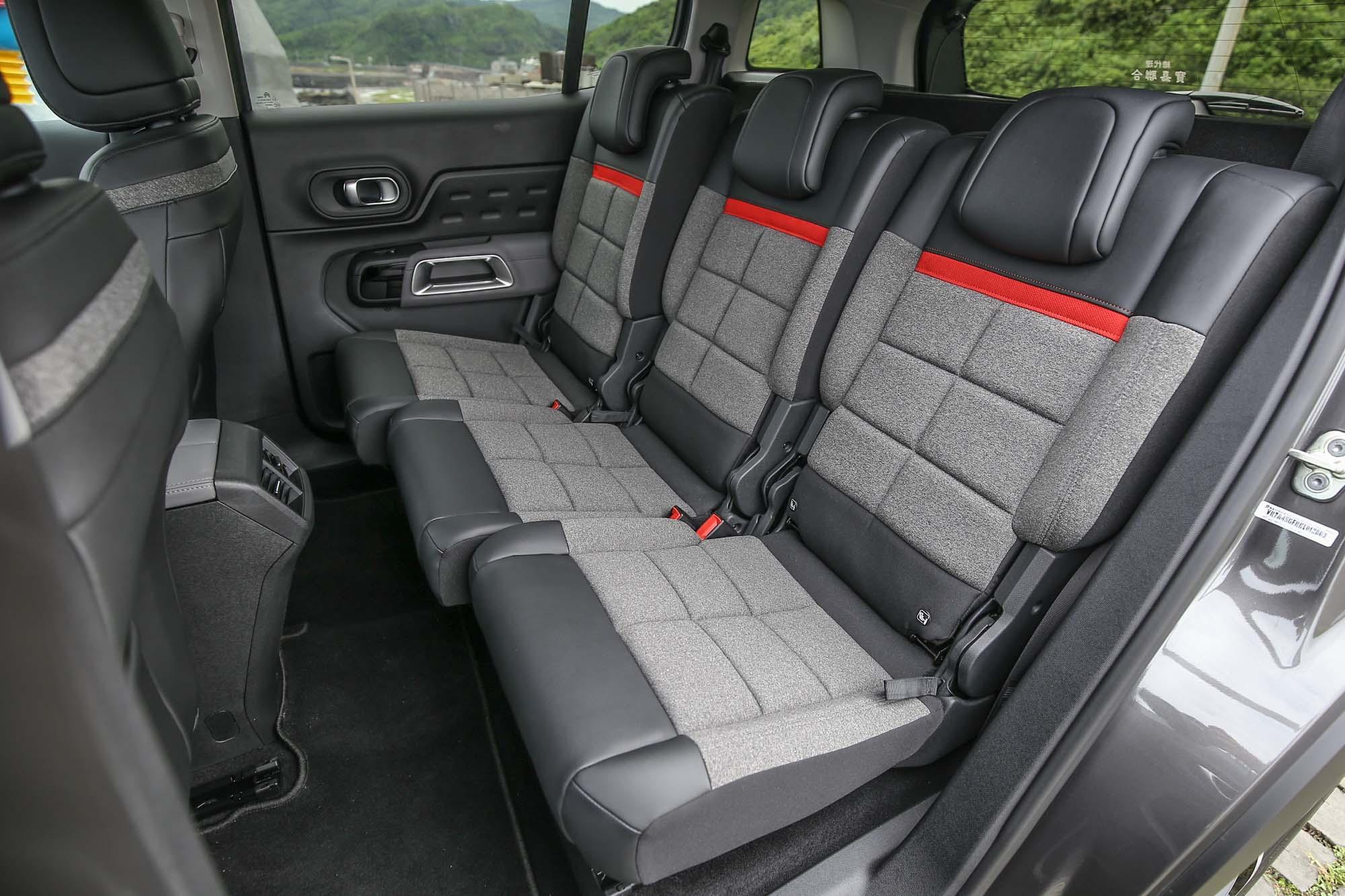 導入過去只有在 MPV 車型上才有的三張獨立後座椅,每一張都可以獨立調整椅背角度與前後滑移位置。