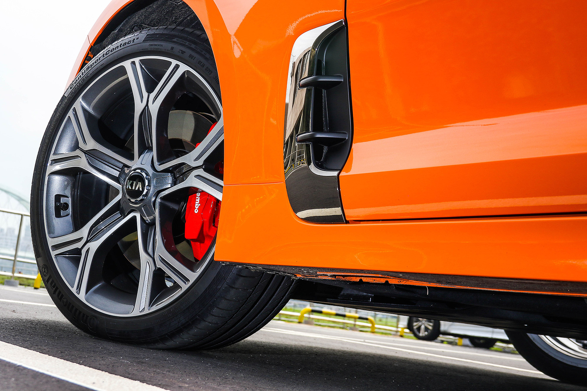 Stinger GT 標配 19 吋雙色輪圈與紅色 Brembo 煞車卡鉗。