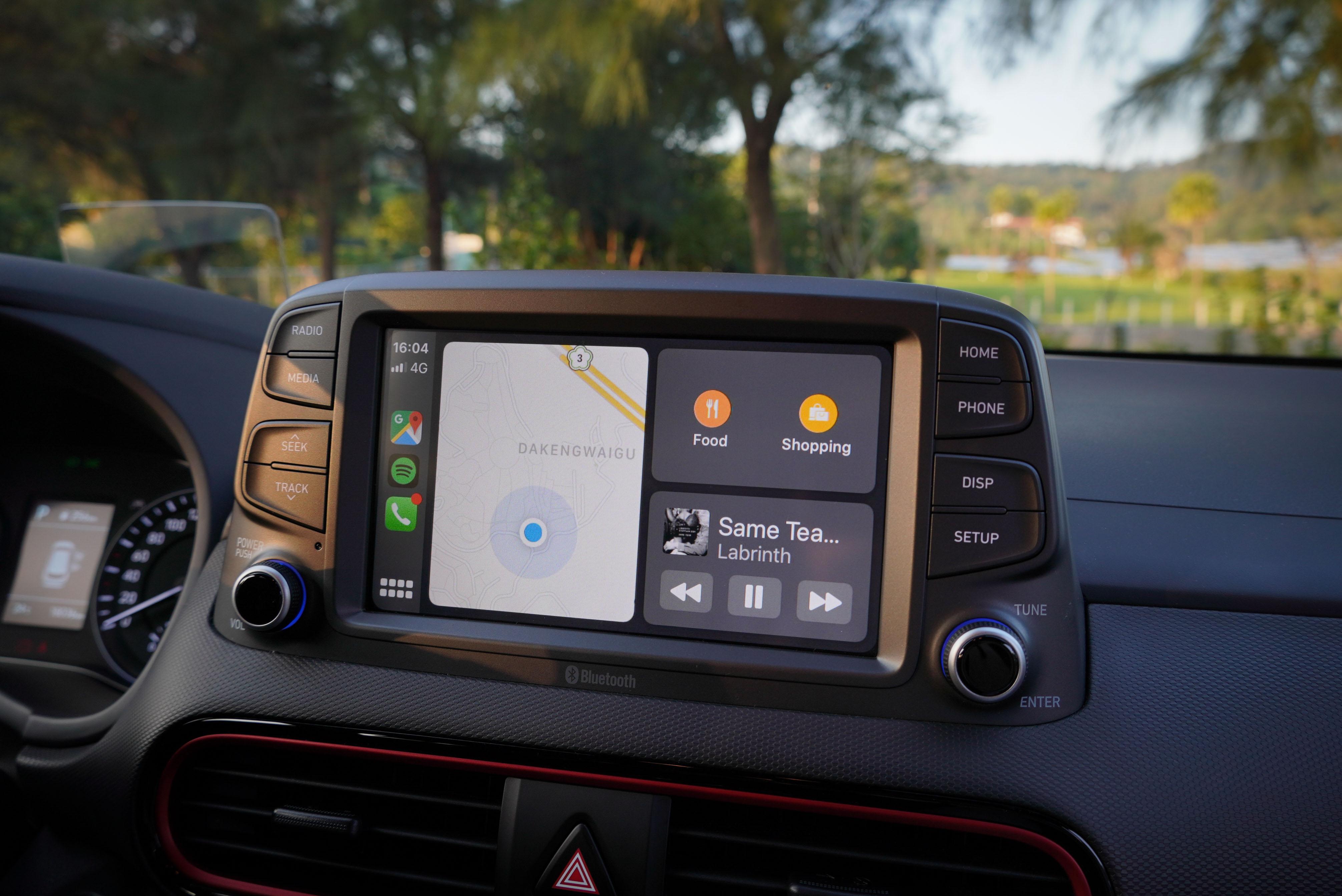Kona 勁智型以上標配 Apple CarPlay 及 Android Auto,透過 8 吋觸控螢幕顯示。
