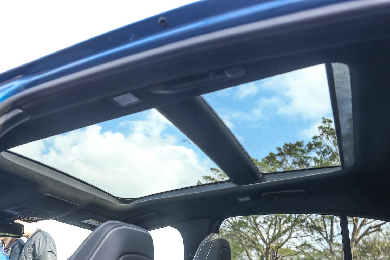 全景式電動天窗系統。