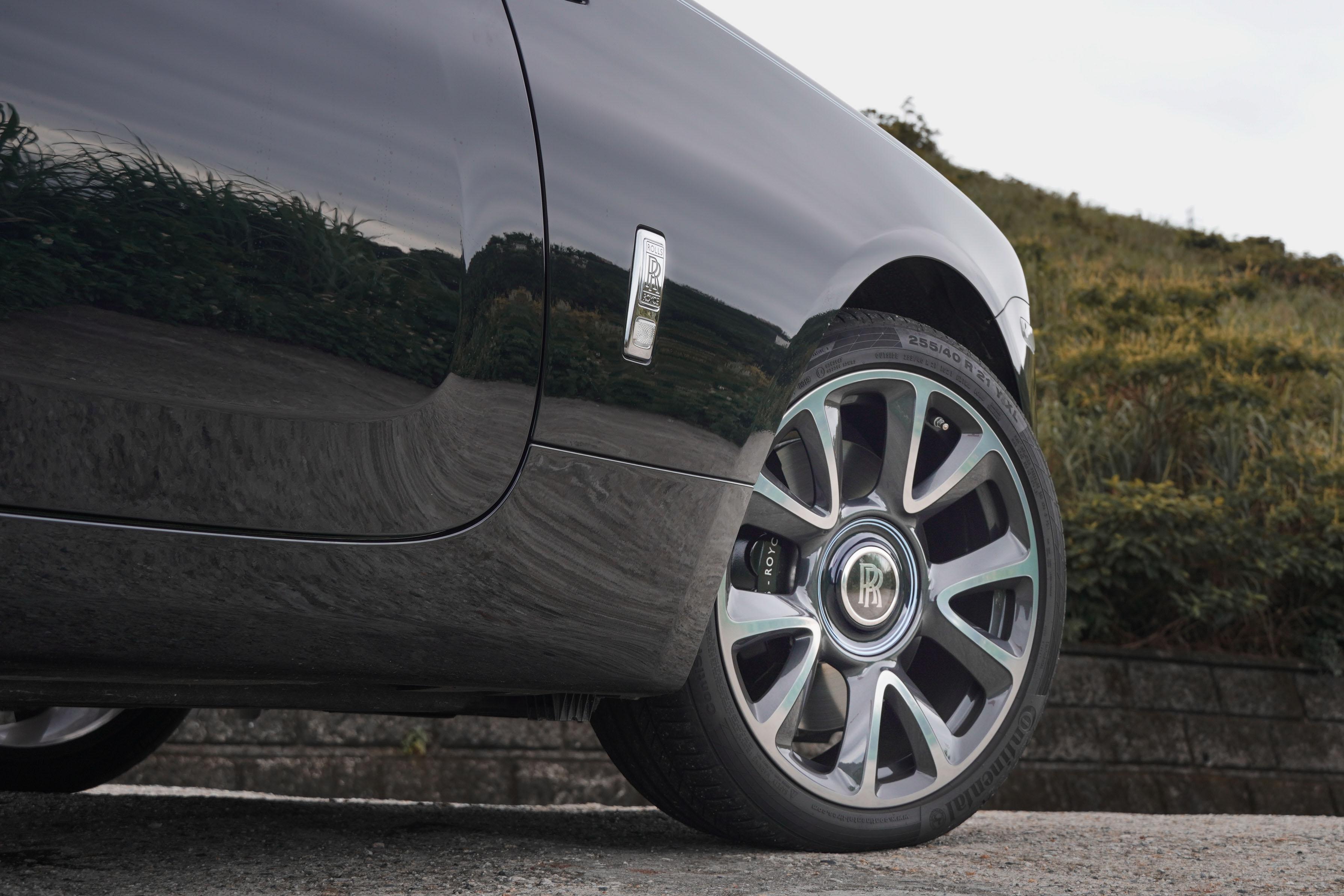 21 吋輪圈中央為 Rolls-Royce 獨特的懸浮式輪轂蓋。