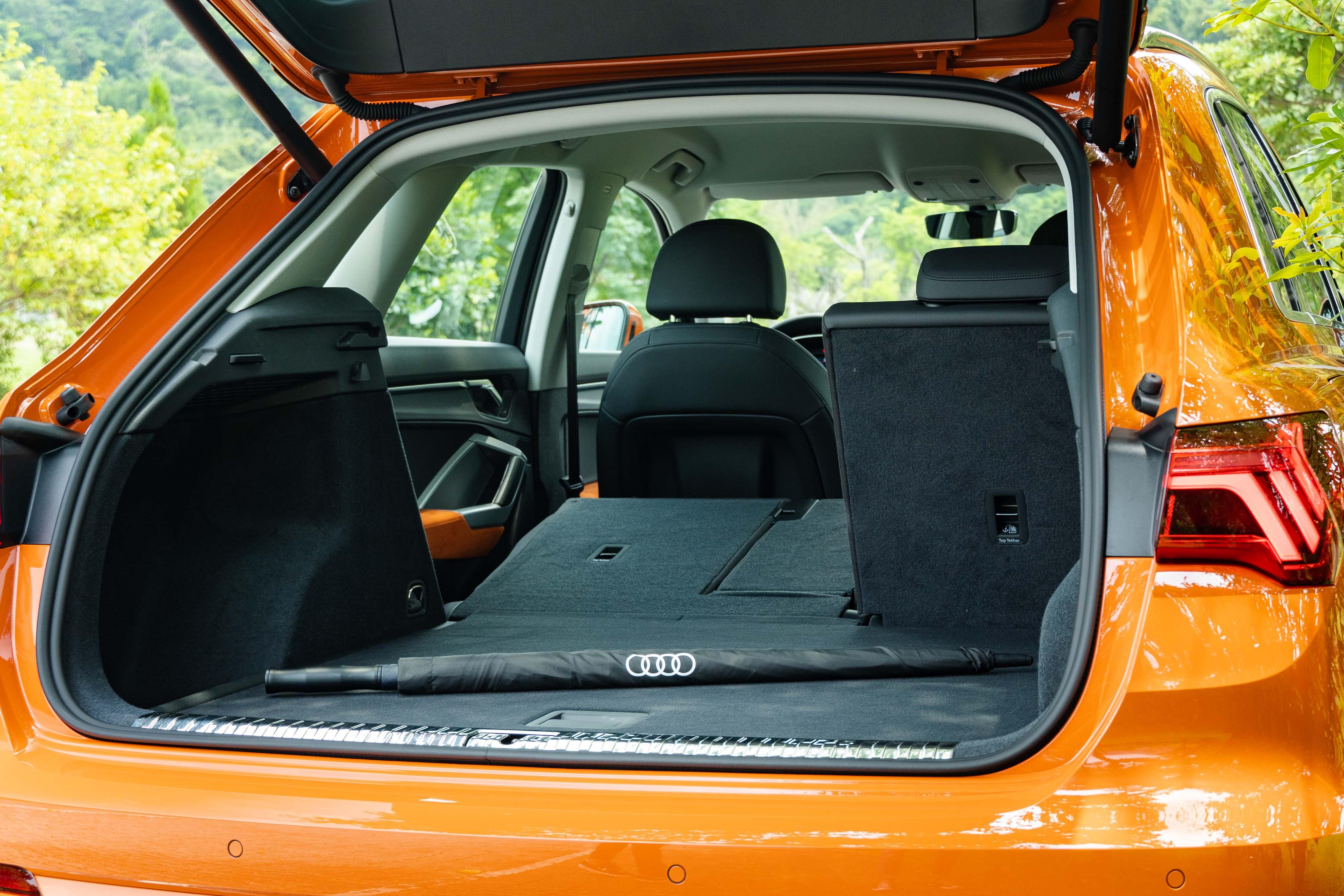 提供 4/2/4 椅背分離傾倒功能,行李廂容積可變化於 530 與 1,525 公升之間。