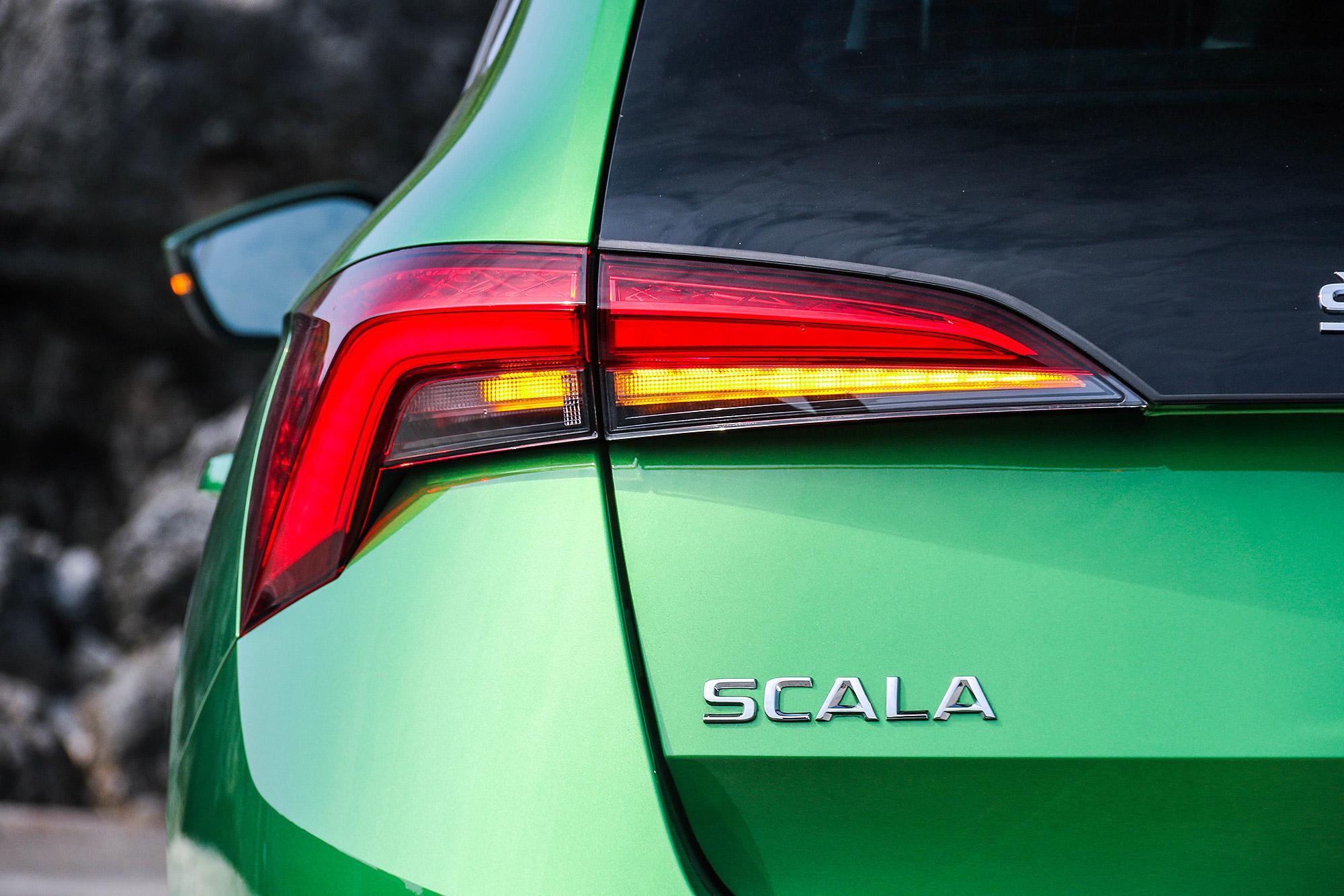豪華版車型配備動態顯示車尾方向燈。