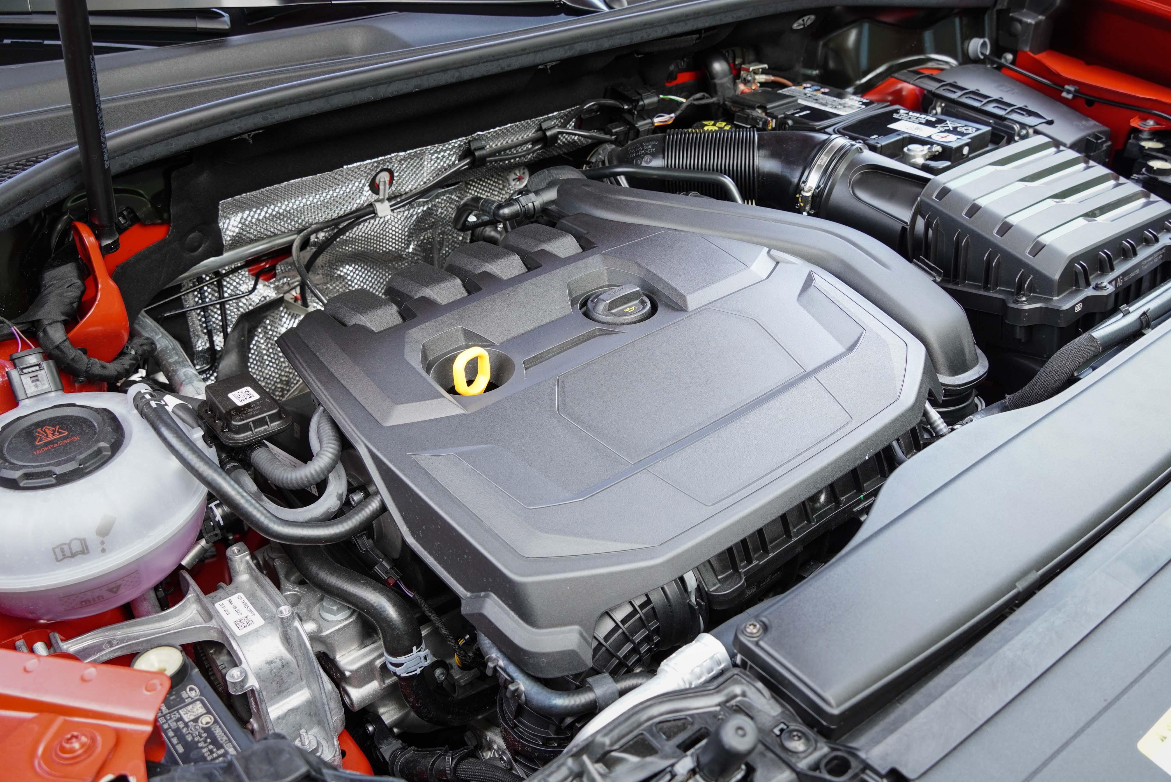 35 TFSI 採用 L4 汽油渦輪增壓引擎搭配 48V 輕型複合動力系統。