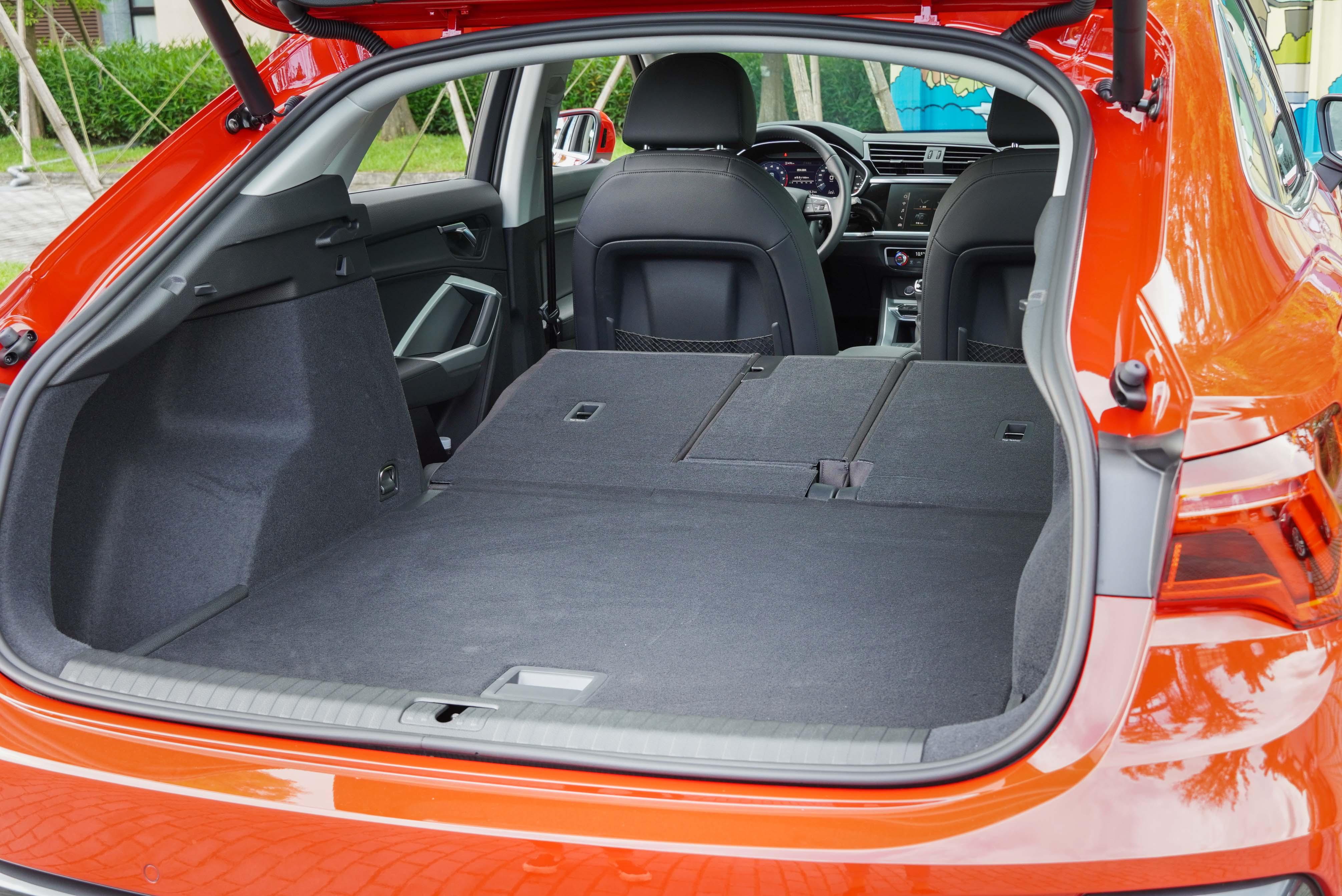 4/2/4 分離式設計的可傾倒後座椅背,最大可擴充至 1,525 公升(Q3 Sportback為 1,400 公升)。
