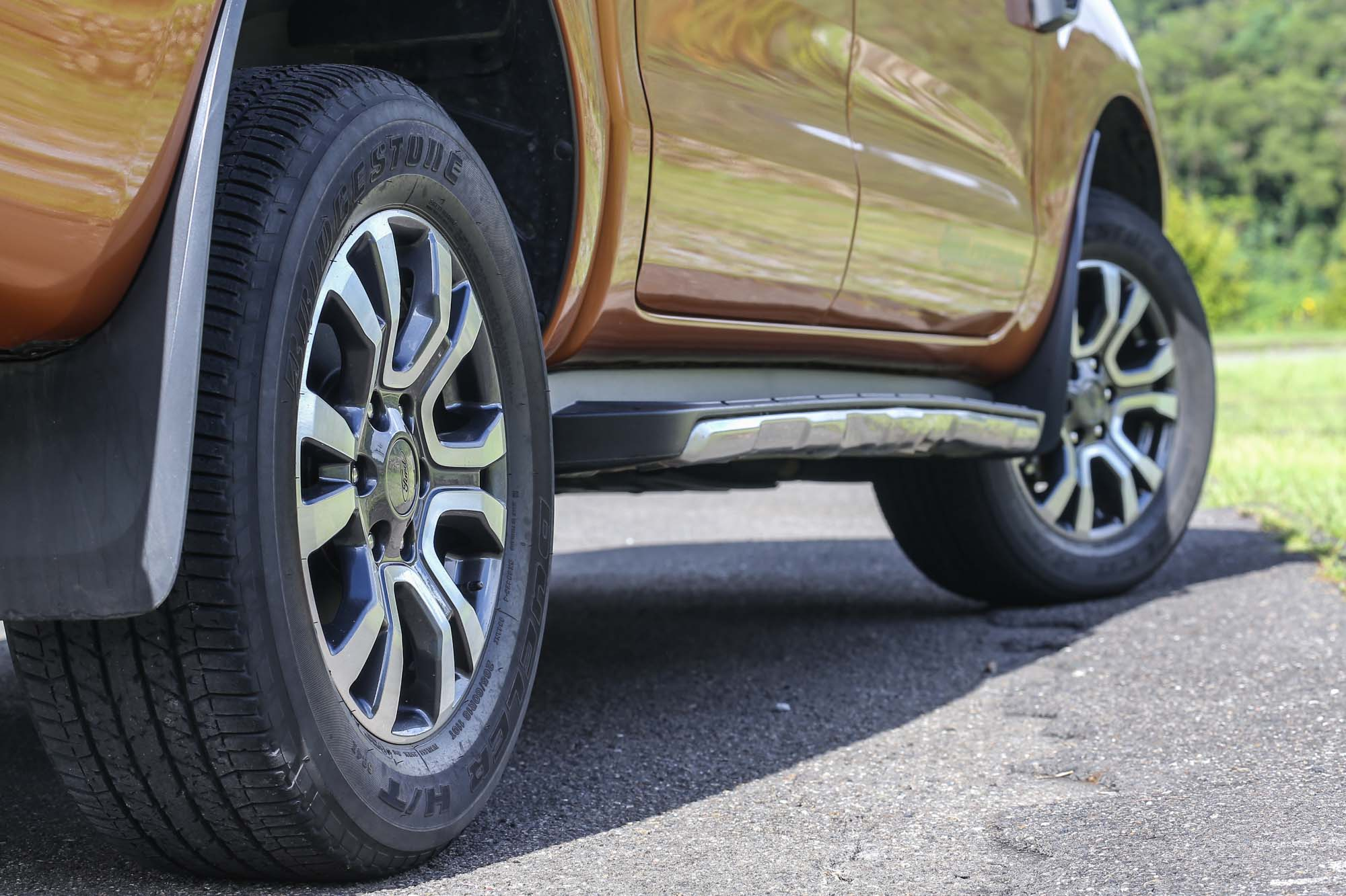 標配 265/60R18 規格胎圈。