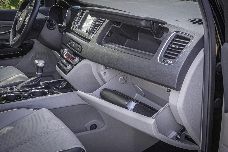 副駕駛座前的雙層手套箱置物空間。
