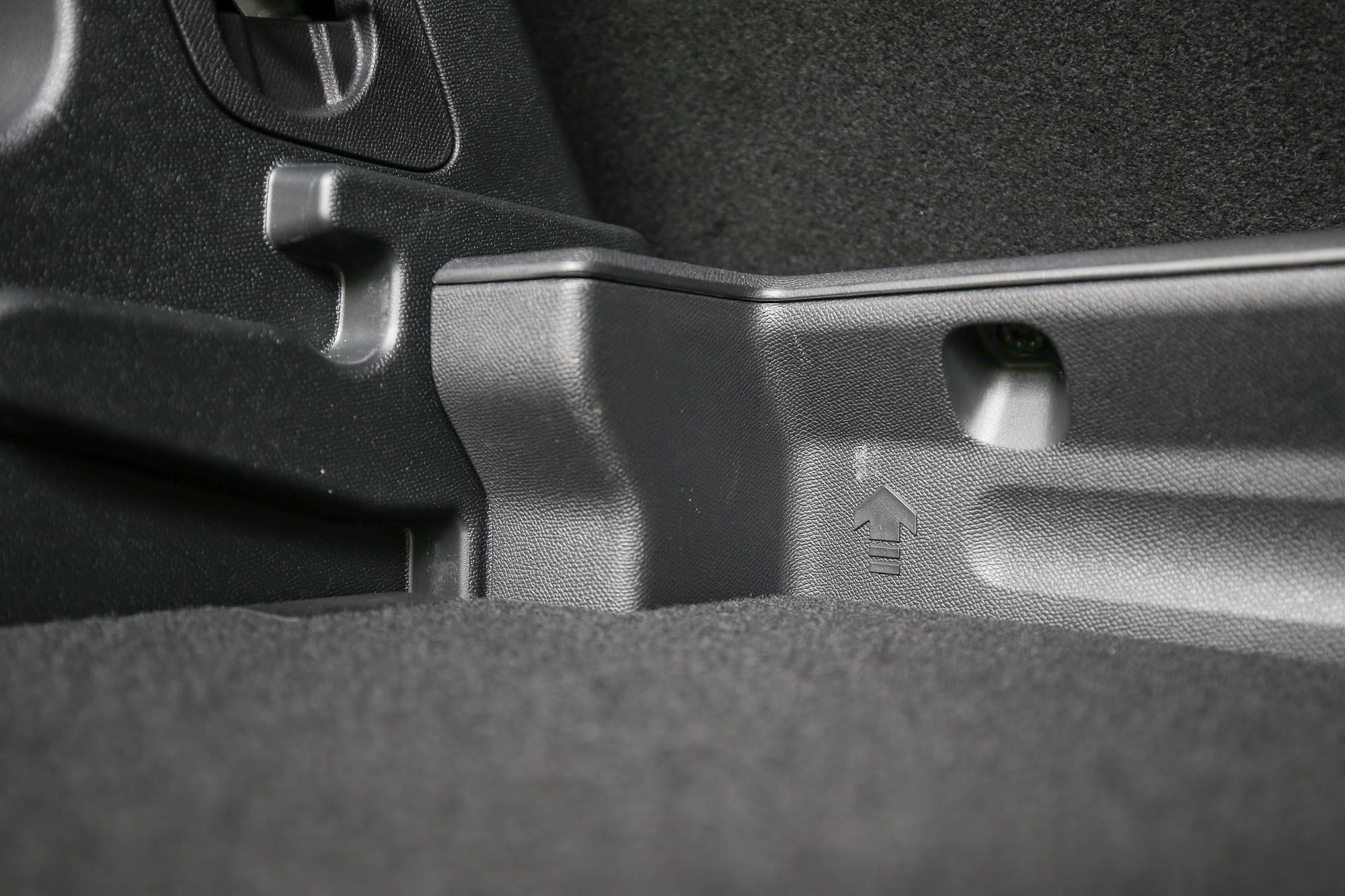 後廂底板具有高低可調機制,提升置物機能。
