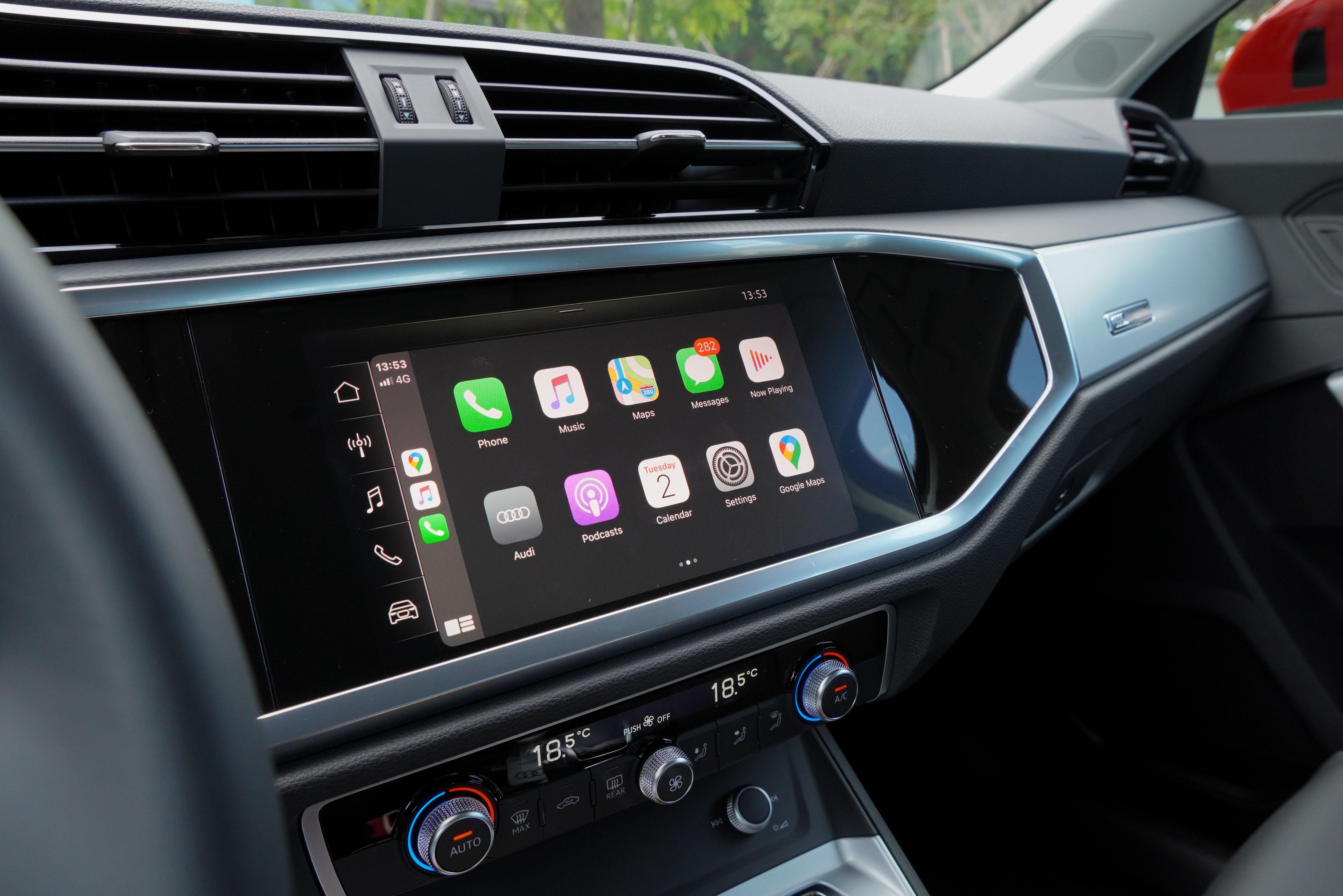 8.8 吋觸控螢幕支援 Apple CayPlay 及 Android Auto。
