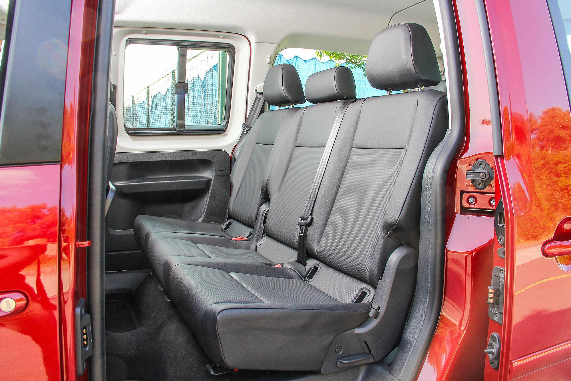 第二排座椅採三人座配置。