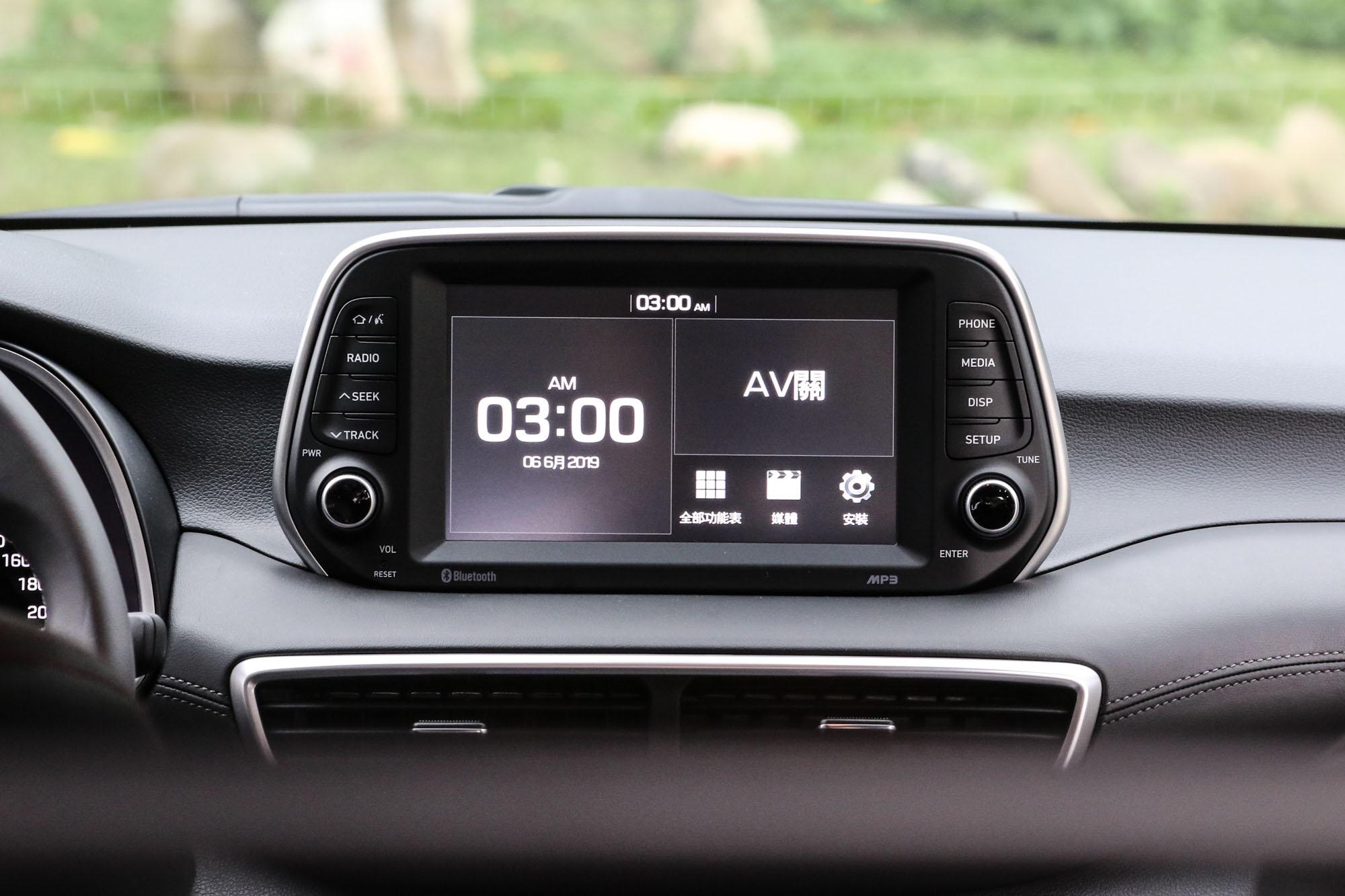 影音配備的升級是此次改款重點,尊爵車型以上都配備 8 吋全彩觸控螢幕。