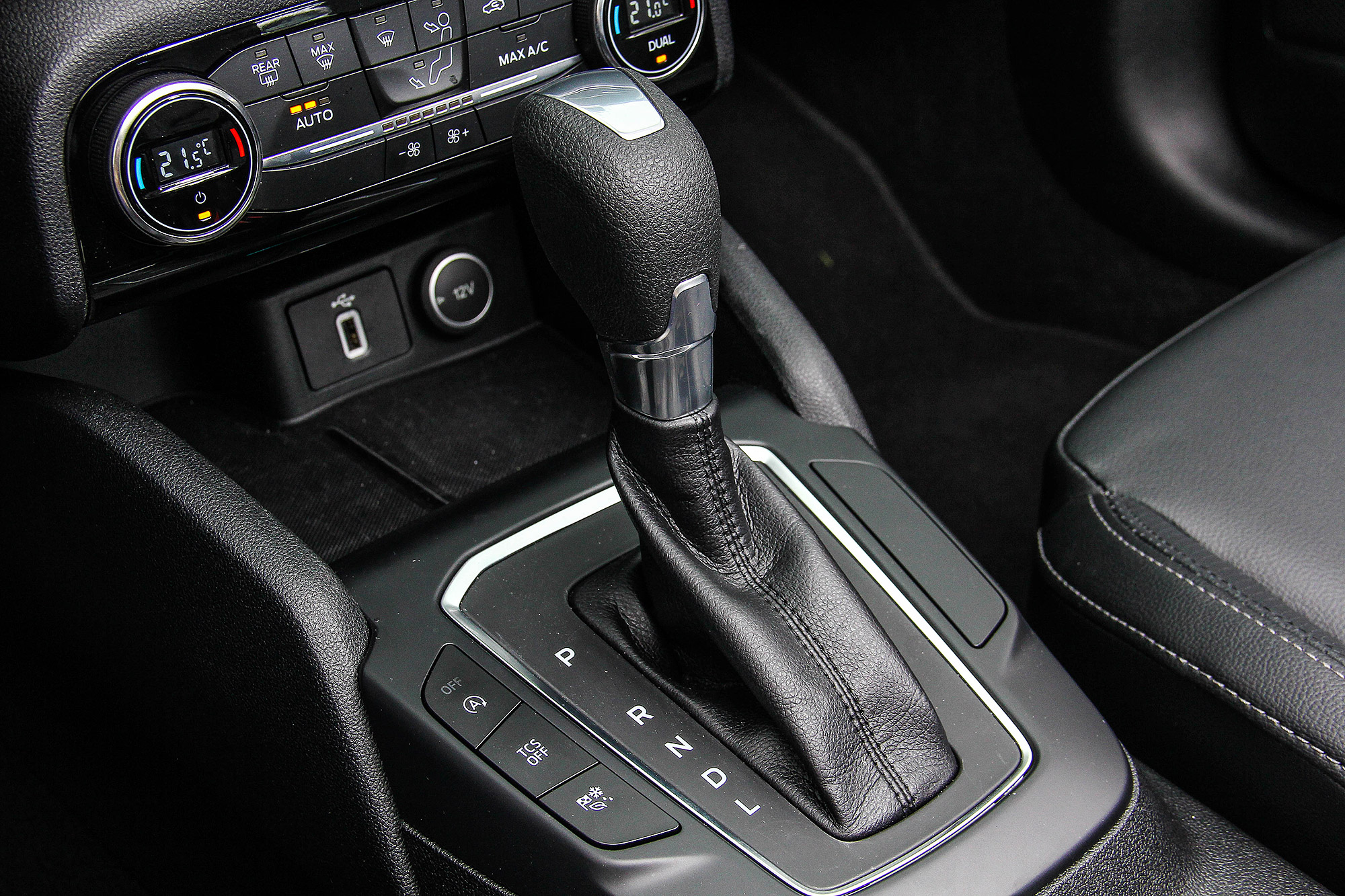 變速箱搭配 6 速自排,並未具備手自排功能。