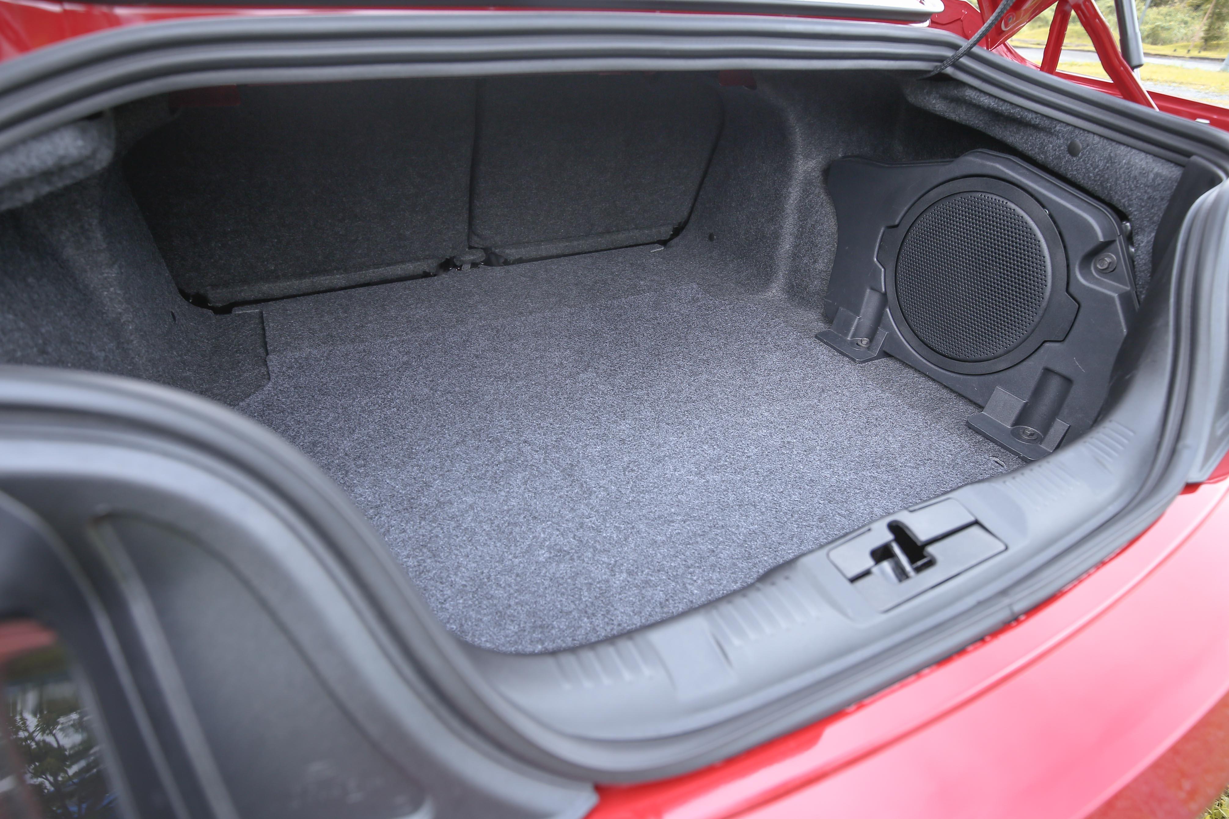行李箱容積為 382 公升。