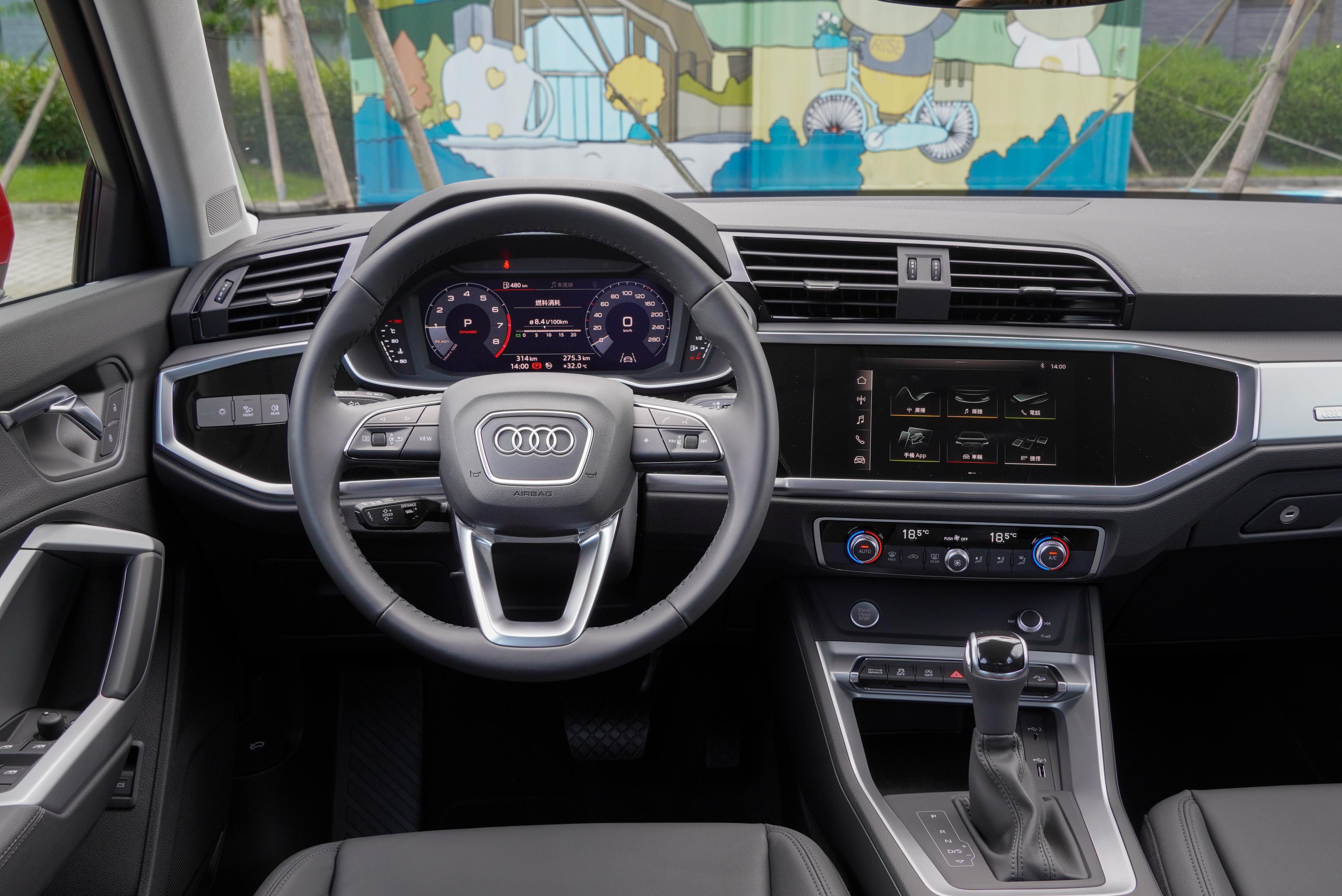 新一代 Audi Q3、Q3 Sportback 全面採用最新 Audi MMI 數位化車艙設計。