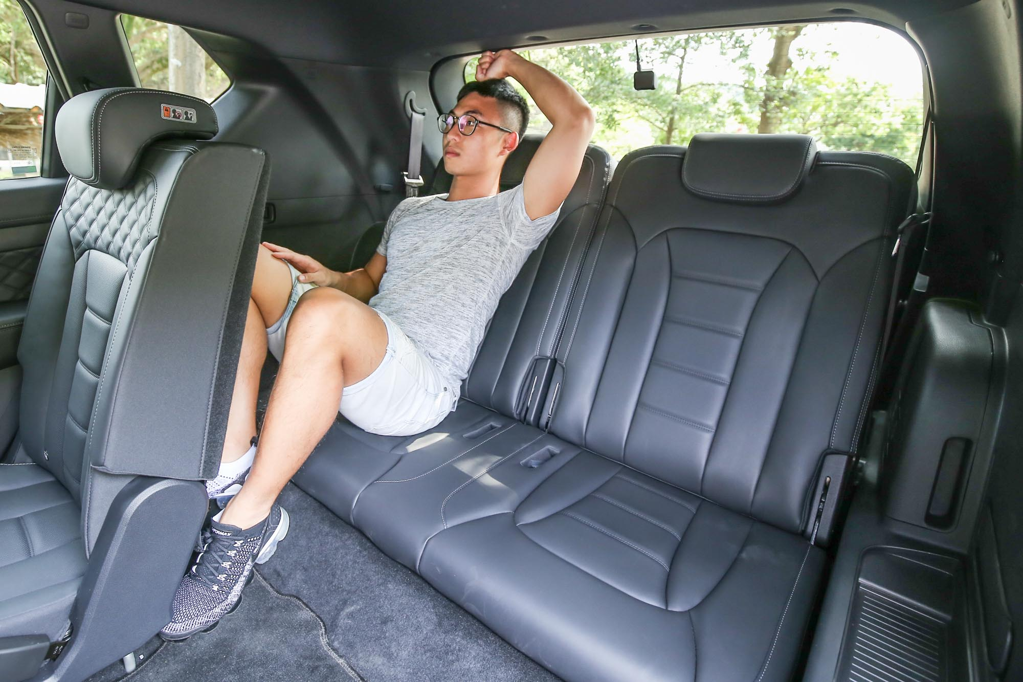 以 166cm 身高的成年男子入座,清楚說明第三排空間的表現,仍不建議成年人長途乘坐。