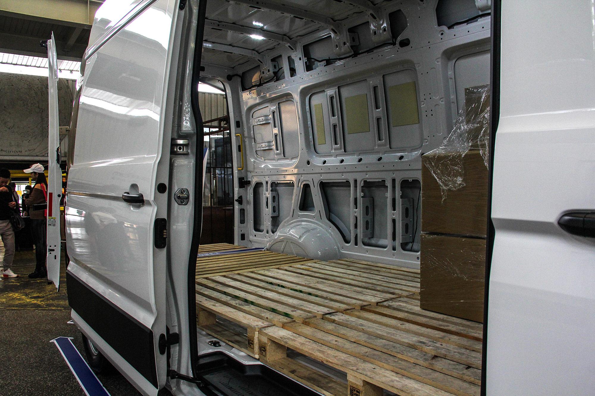 長軸高頂車型的貨艙可置入 4 組 1,000mm x 1,200mm 歐規棧板的貨物。